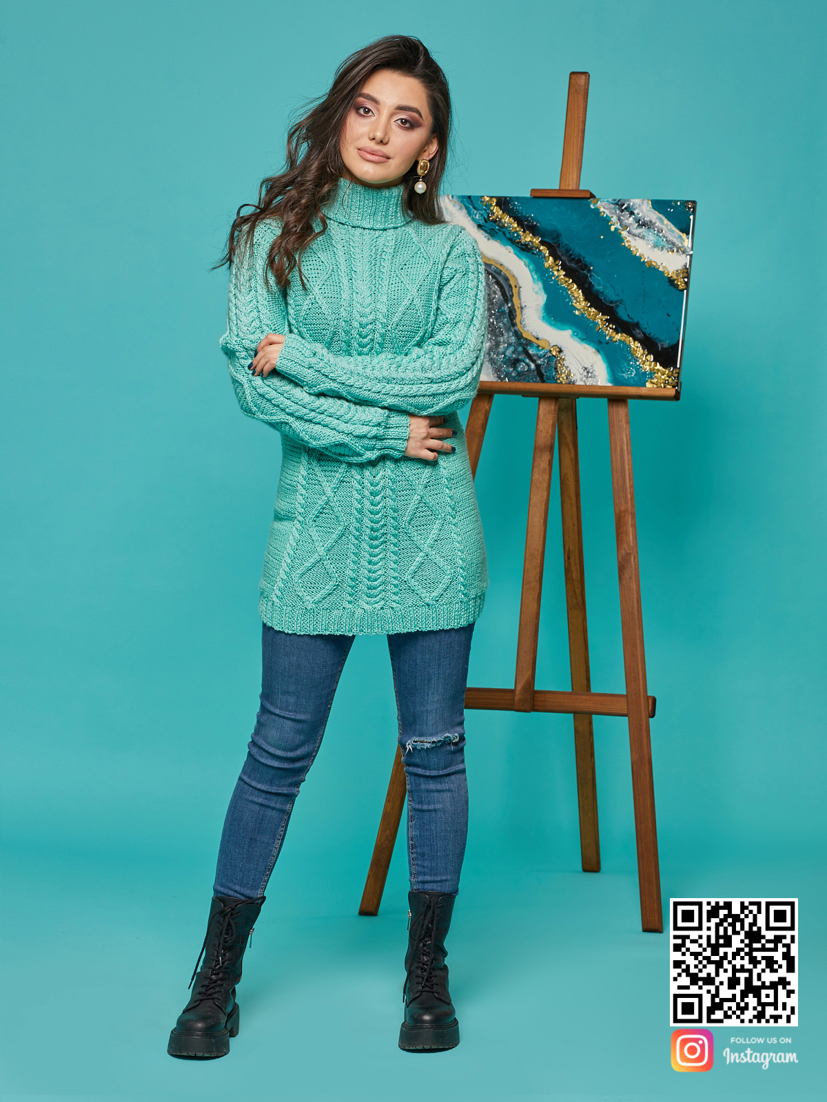 На пятой фотографии длинный вязаный свитер с воротником стойкой от Shapar, бренда женской одежды ручной работы в интернет-магазине связанных спицами вещей.