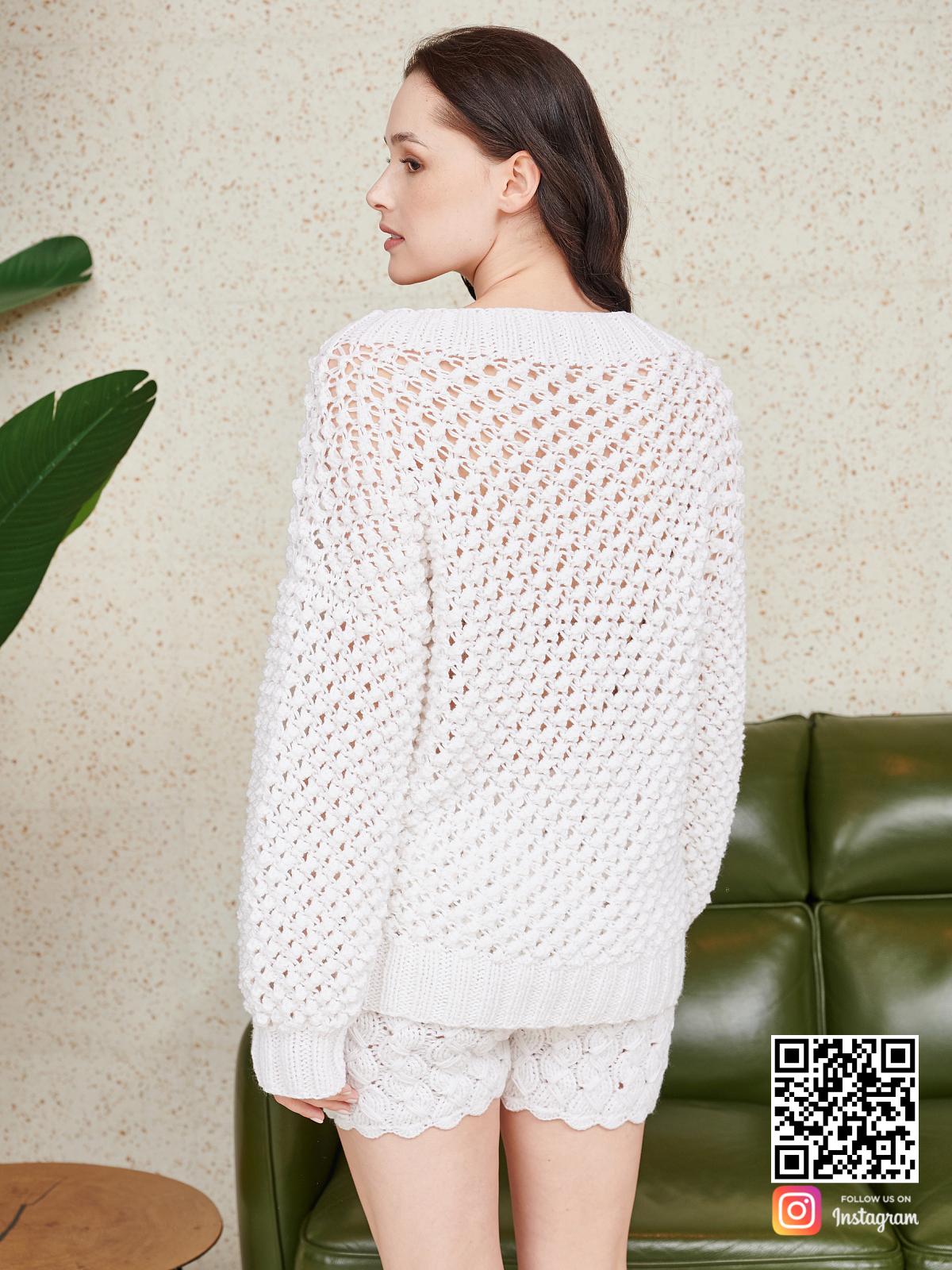 На второй фотографии костюм оверсайз шорты со спины от Shapar, бренда вязаной одежды ручной работы в интернет-магазине связанных спицами вещей.