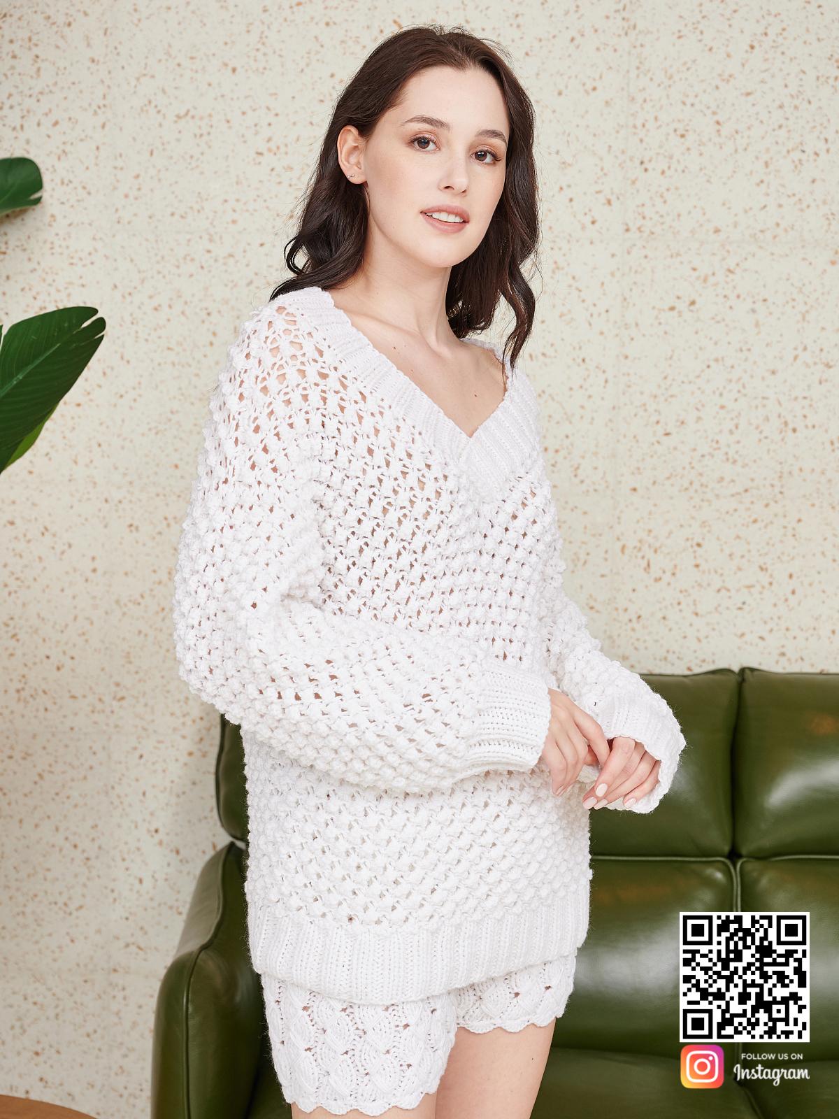 На четвертой фотографии женский костюм оверсайз шорты со свитером от Shapar, бренда вязаной одежды ручной работы в интернет-магазине связанных спицами вещей.
