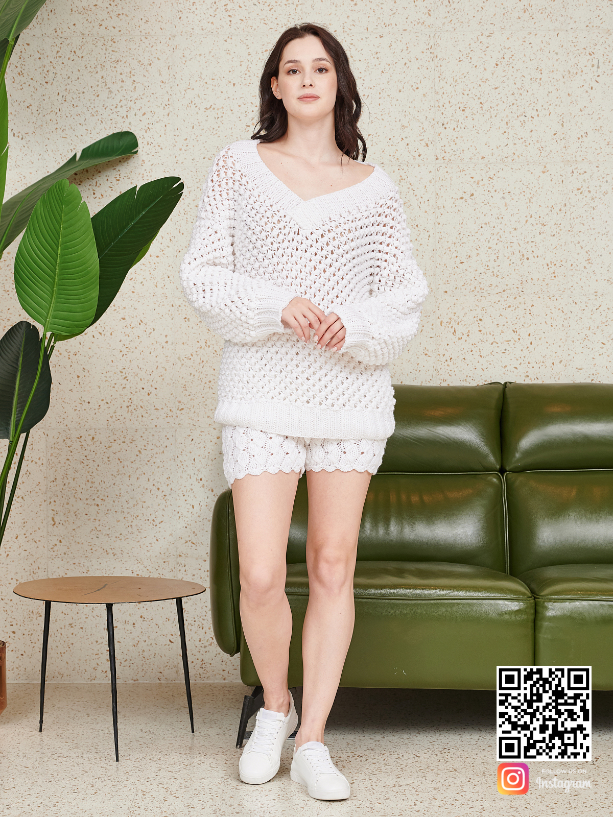 На девятой фотографии вязаный спицами костюм оверсайз шорты от Shapar, бренда одежды ручной работы в интернет-магазине связанных вещей.