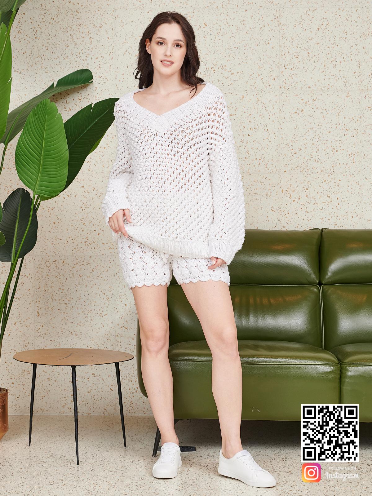На пятой фотографии ажурный женский костюм оверсайз шорты от Shapar, бренда вязаной одежды ручной работы в интернет-магазине связанных спицами вещей.