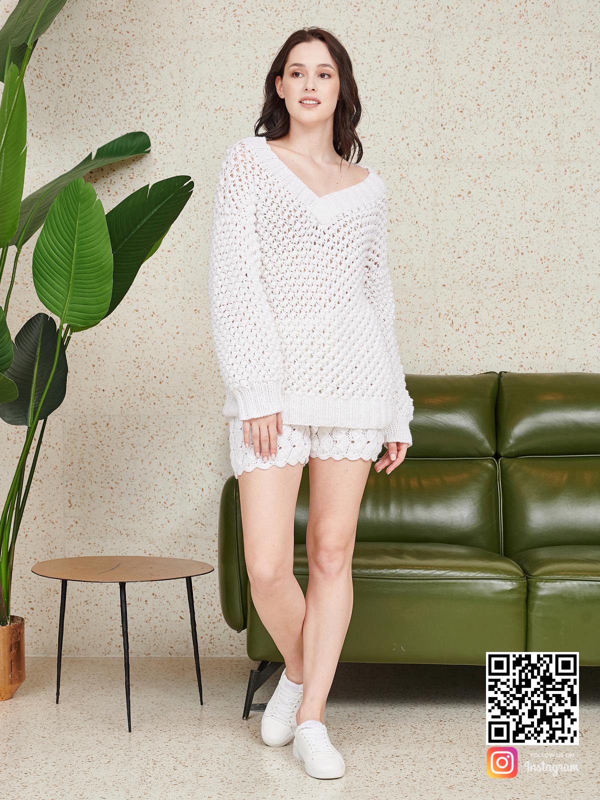 На третьей фотографии белый костюм оверсайз шорты от Shapar, бренда вязаной одежды ручной работы в интернет-магазине связанных спицами вещей.