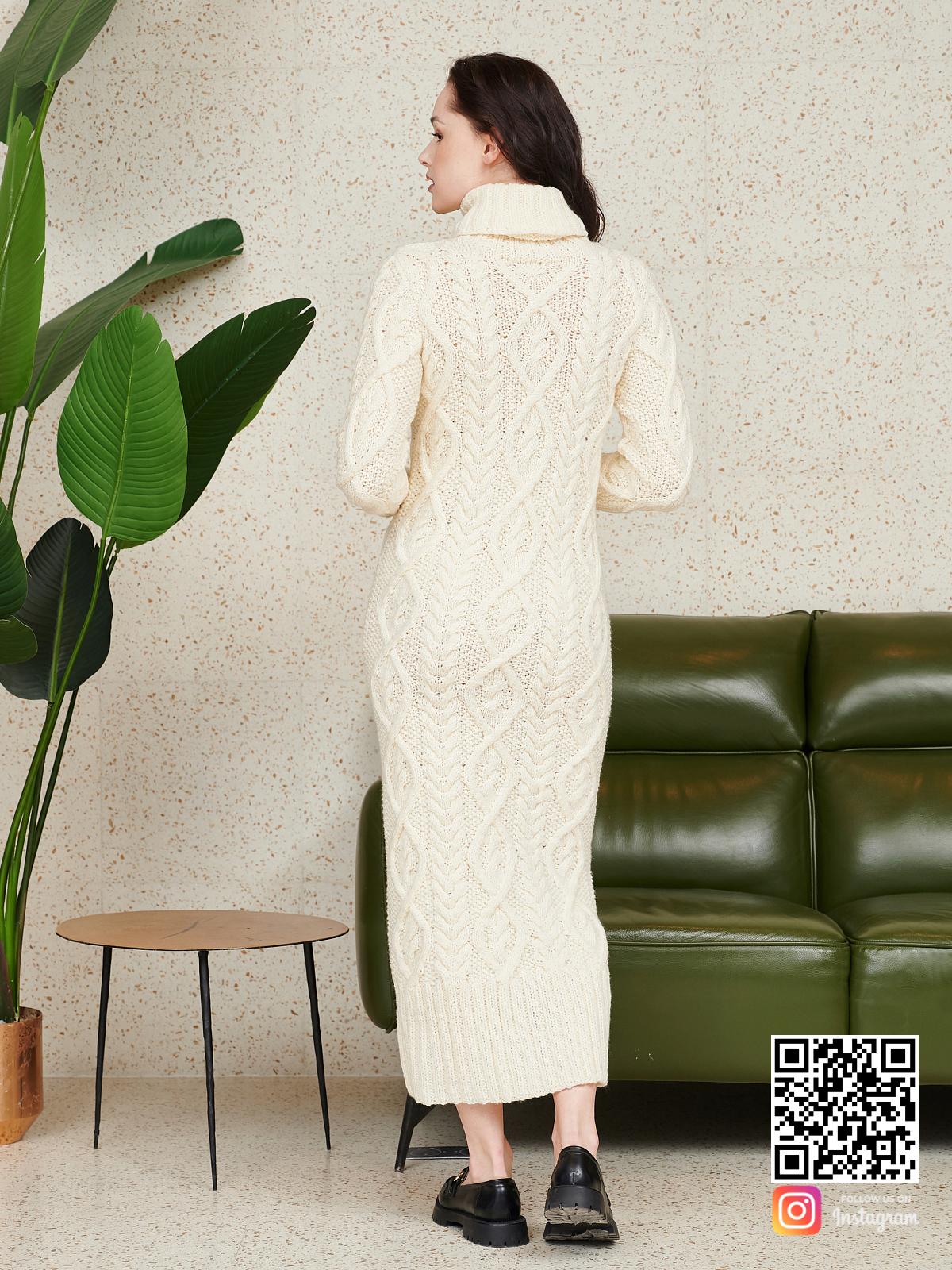 На второй фотографии красивое вязаное платье со спины от Shapar, бренда женской одежды ручной работы в интернет-магазине связанных спицами вещей.