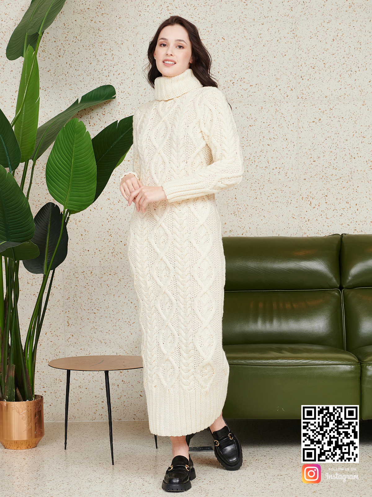На третьей фотографии длинное красивое вязаное платье от Shapar, бренда женской одежды ручной работы в интернет-магазине связанных спицами вещей.