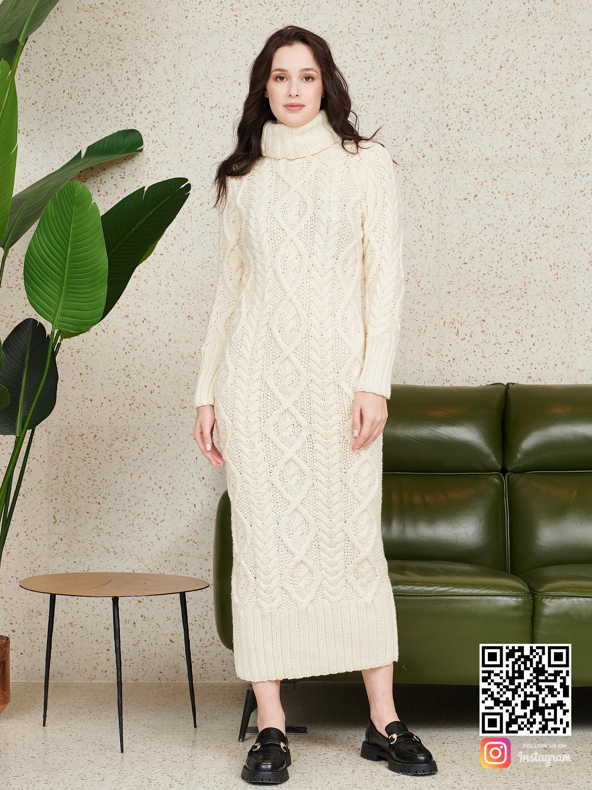 На фотографии красивое вязаное платье от Shapar, бренда женской одежды ручной работы в интернет-магазине связанных спицами вещей.
