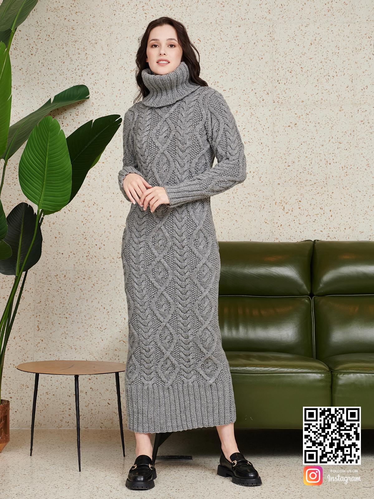 На фотографии серое шерстяное платье от Shapar, бренда женской одежды ручной работы в интернет-магазине связанных спицами вещей.