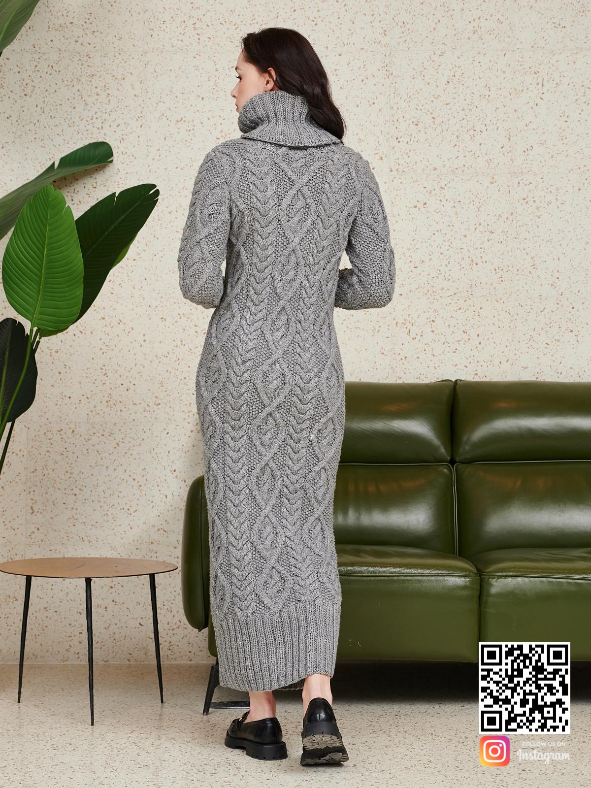 На второй фотографии серое шерстяное платье со спины от Shapar, бренда женской одежды ручной работы в интернет-магазине связанных спицами вещей.