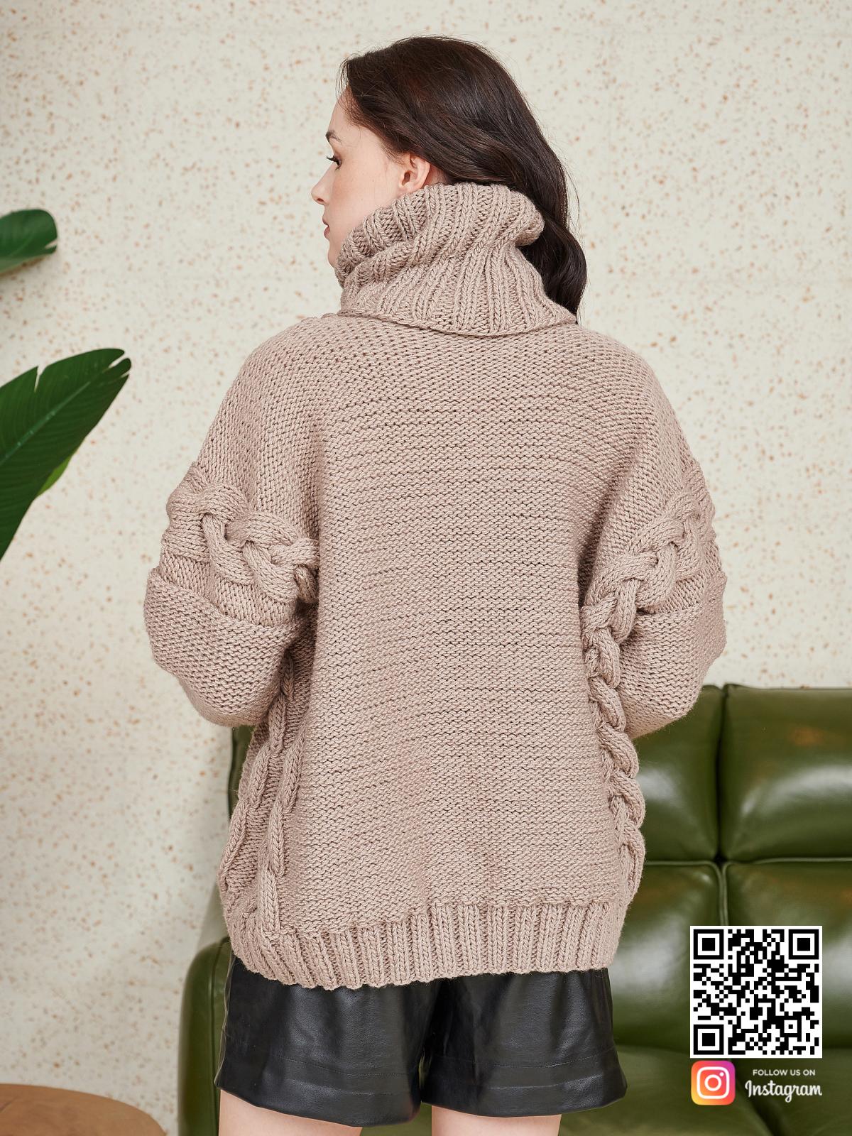 На второй фотографии женский свитер на каждый день со спины от Shapar, бренда вязаной одежды ручной работы в интернет-магазине связанных спицами вещей.