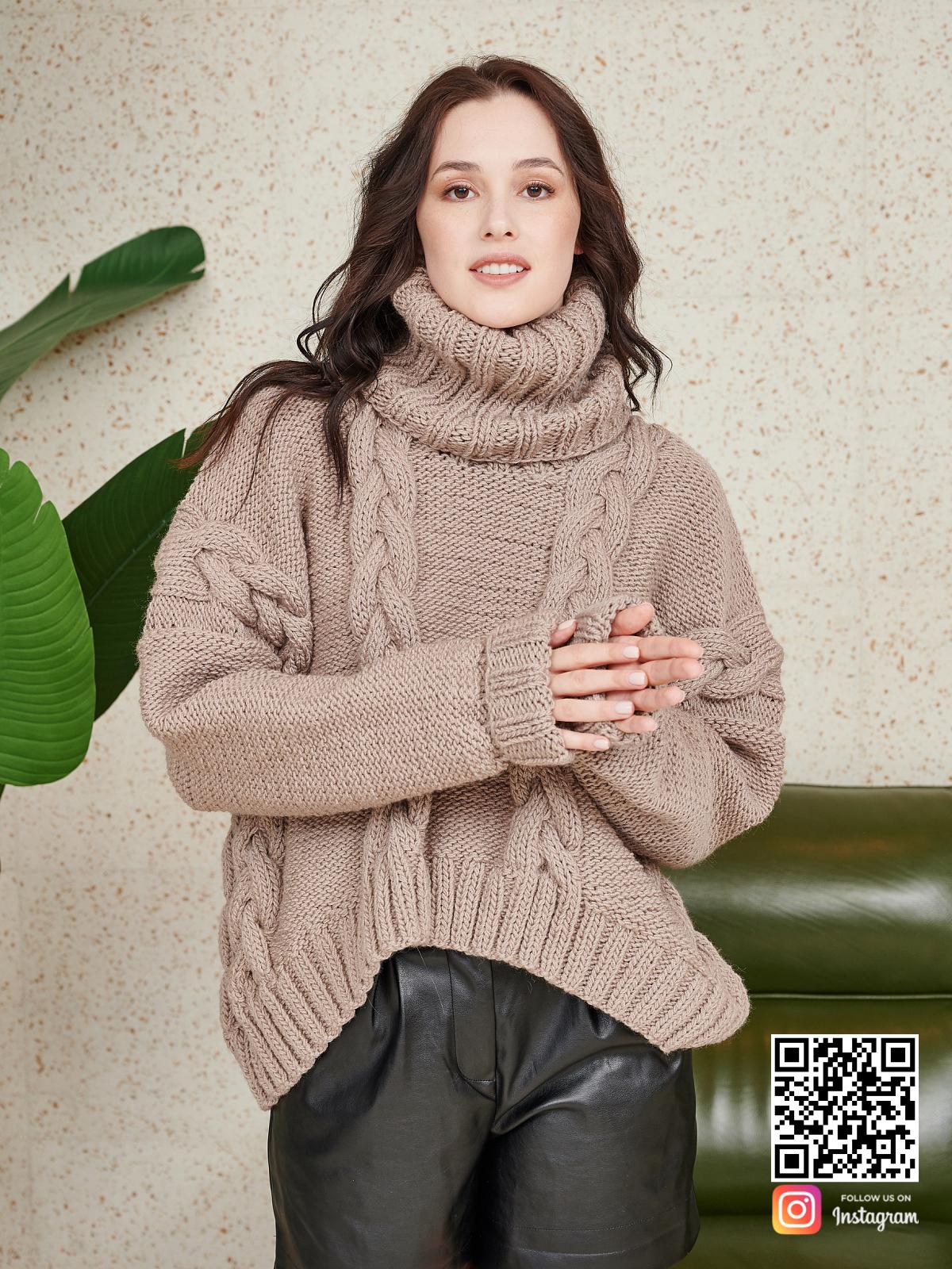 На фотографии женский свитер на каждый день от Shapar, бренда вязаной одежды ручной работы в интернет-магазине связанных спицами вещей.