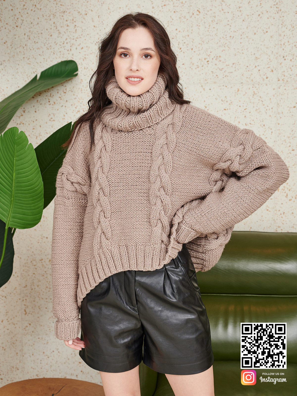 На четвертой фотографии женский свитер на каждый день в нюдовом оттенке от Shapar, бренда вязаной одежды ручной работы в интернет-магазине связанных спицами вещей.