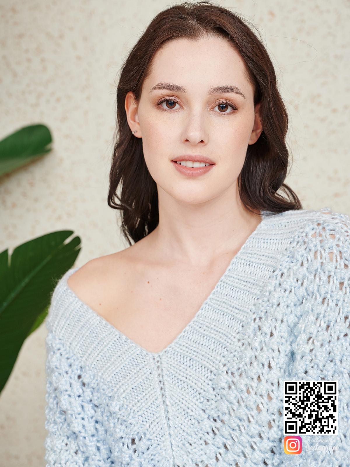 На седьмой фотографии вязаное летнее платье спицами крупным планом от Shapar, бренда женской одежды ручной работы в интернет-магазине связанных спицами вещей.