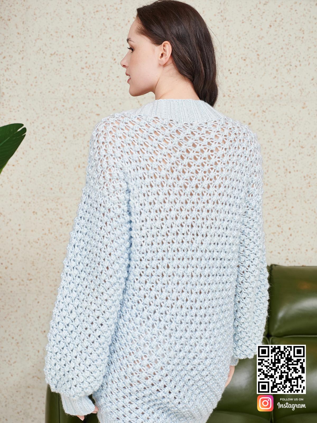 На второй фотографии вязаное летнее платье спицами со спины от Shapar, бренда женской одежды ручной работы в интернет-магазине связанных спицами вещей.