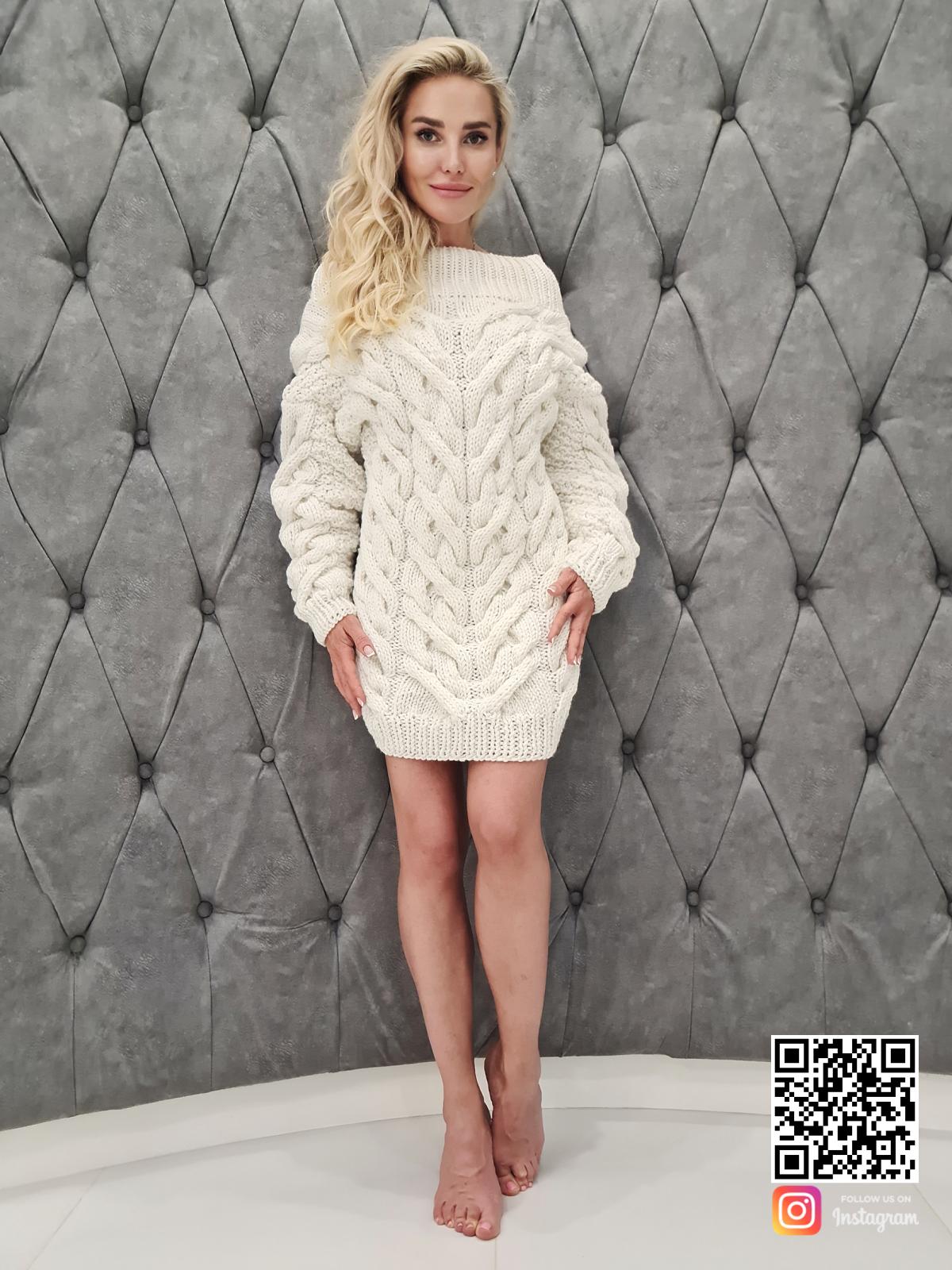 На пятой фотографии белое платье свитер в косах от SHAPAR, бренда вязаной одежды ручной работы в интернет-магазине связанных спицами вещей.