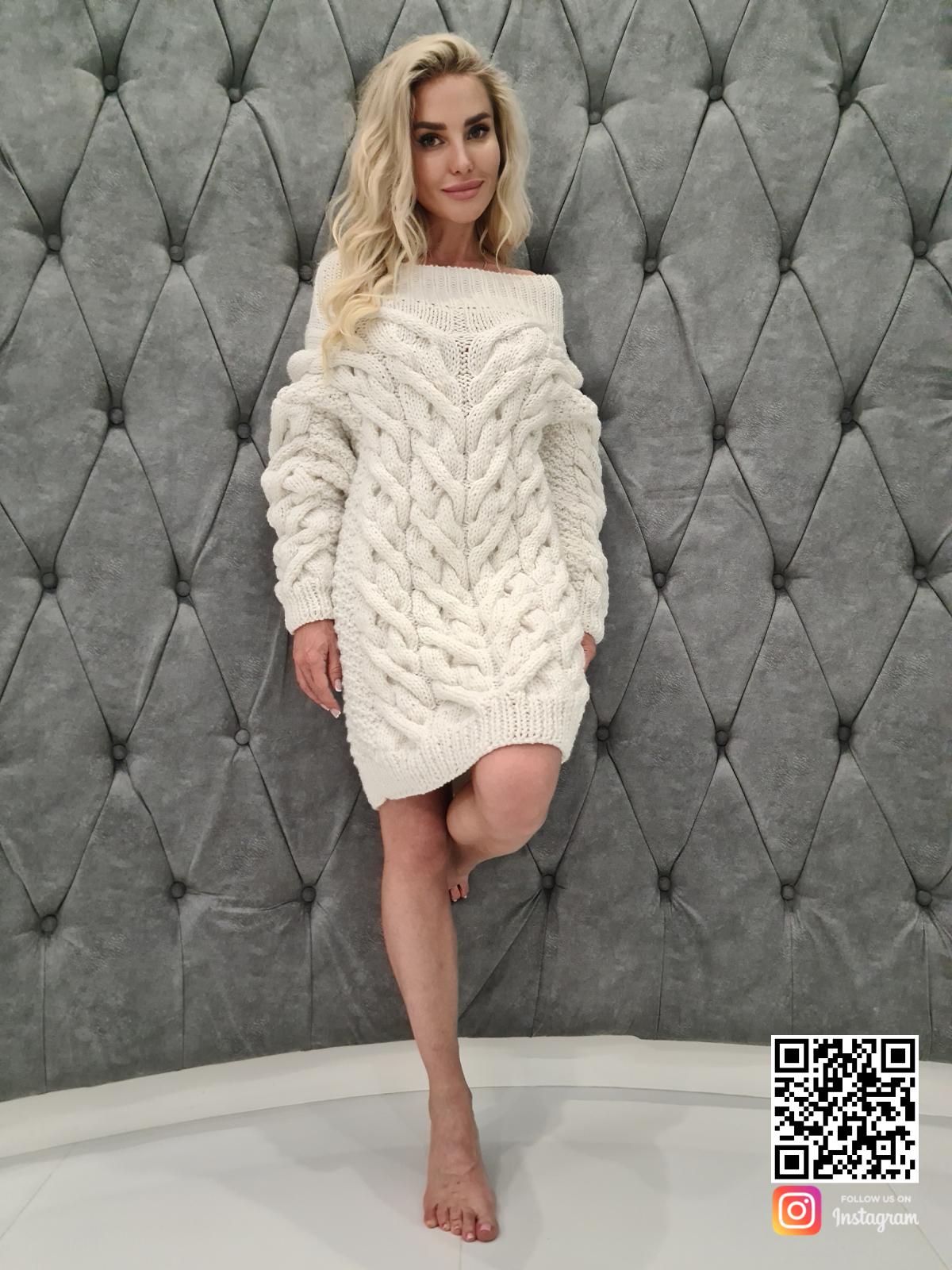На шестой фотографии теплое белое платье свитер от SHAPAR, бренда вязаной одежды ручной работы в интернет-магазине связанных спицами вещей.
