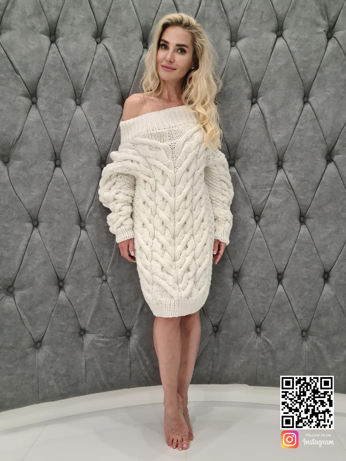 На четвертой фотографии белое платье свитер с открытыми плечами от SHAPAR, бренда вязаной одежды ручной работы в интернет-магазине связанных спицами вещей.