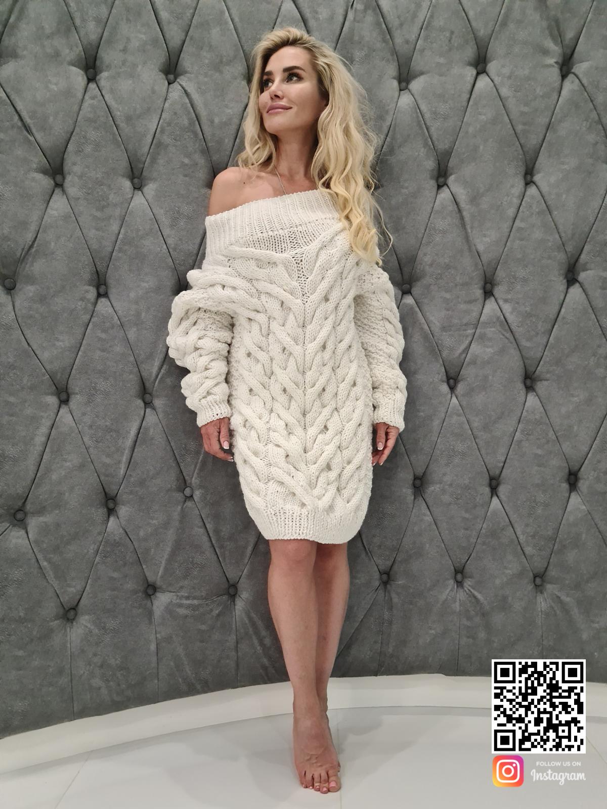 На восьмой фотографии белое платье свитер со спущенным плечом от SHAPAR, бренда вязаной одежды ручной работы в интернет-магазине связанных спицами вещей.