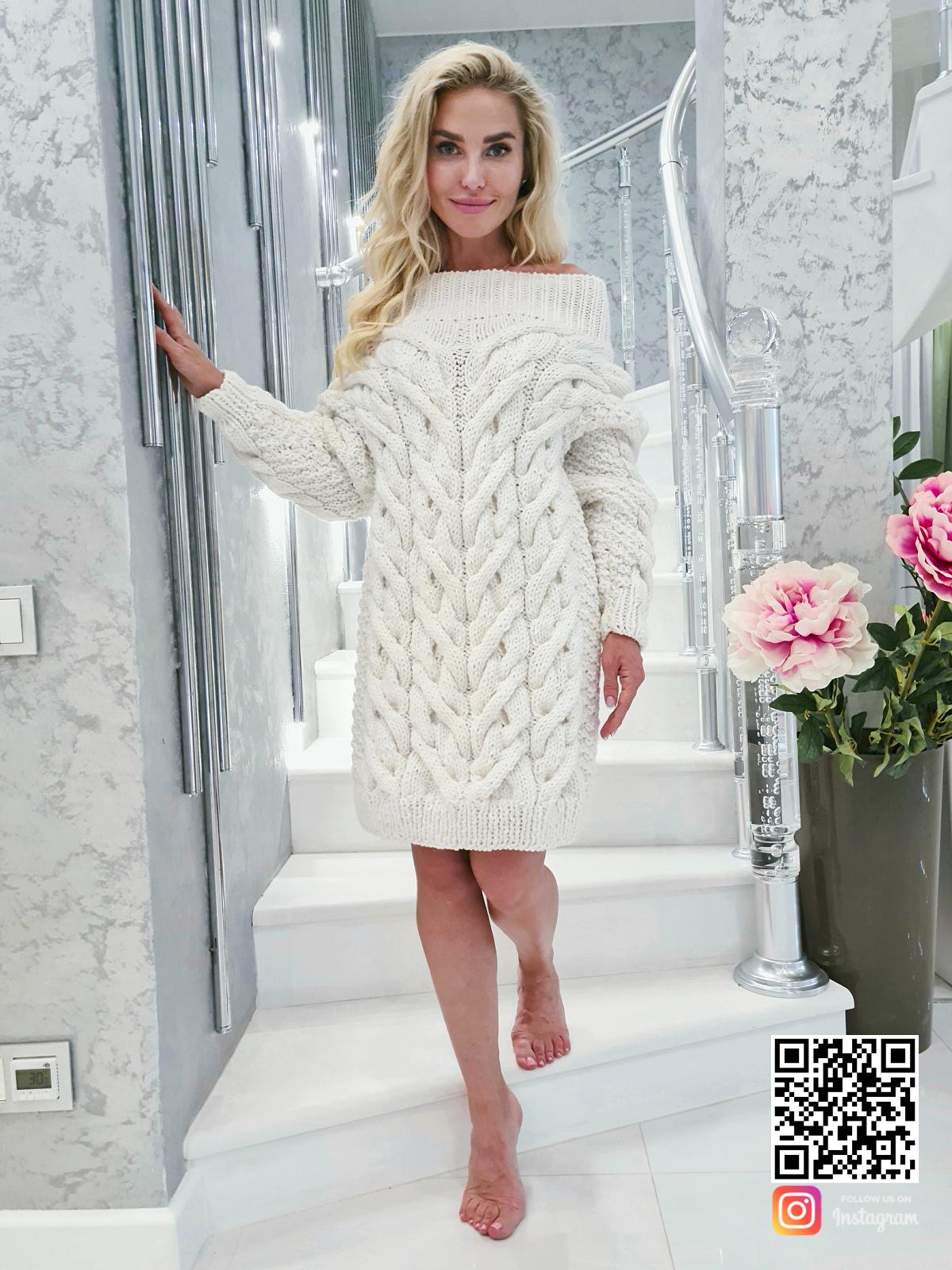 На девятой фотографии модное белое платье свитер для девушек и женщин от SHAPAR, бренда вязаной одежды ручной работы в интернет-магазине связанных спицами вещей.