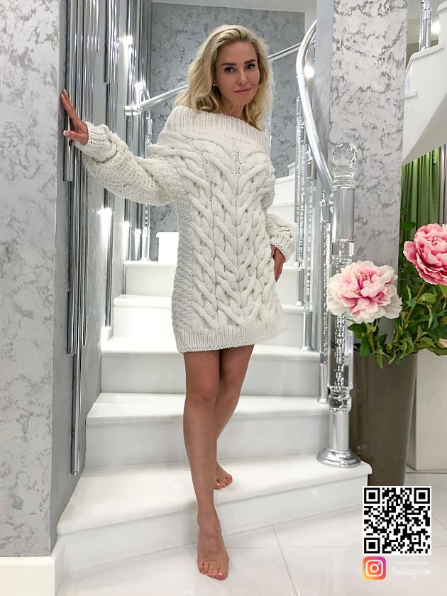На фотографии белое платье свитер от SHAPAR, бренда вязаной одежды ручной работы в интернет-магазине связанных спицами вещей.