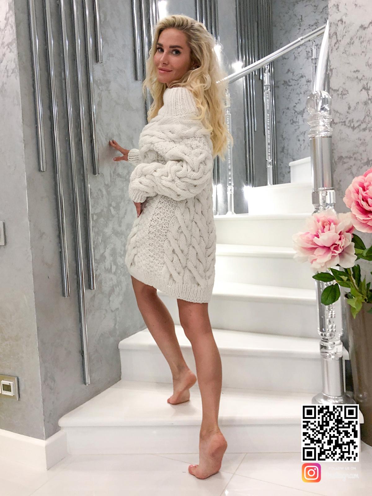 На второй фотографии белое платье свитер со спины от SHAPAR, бренда вязаной одежды ручной работы в интернет-магазине связанных спицами вещей.
