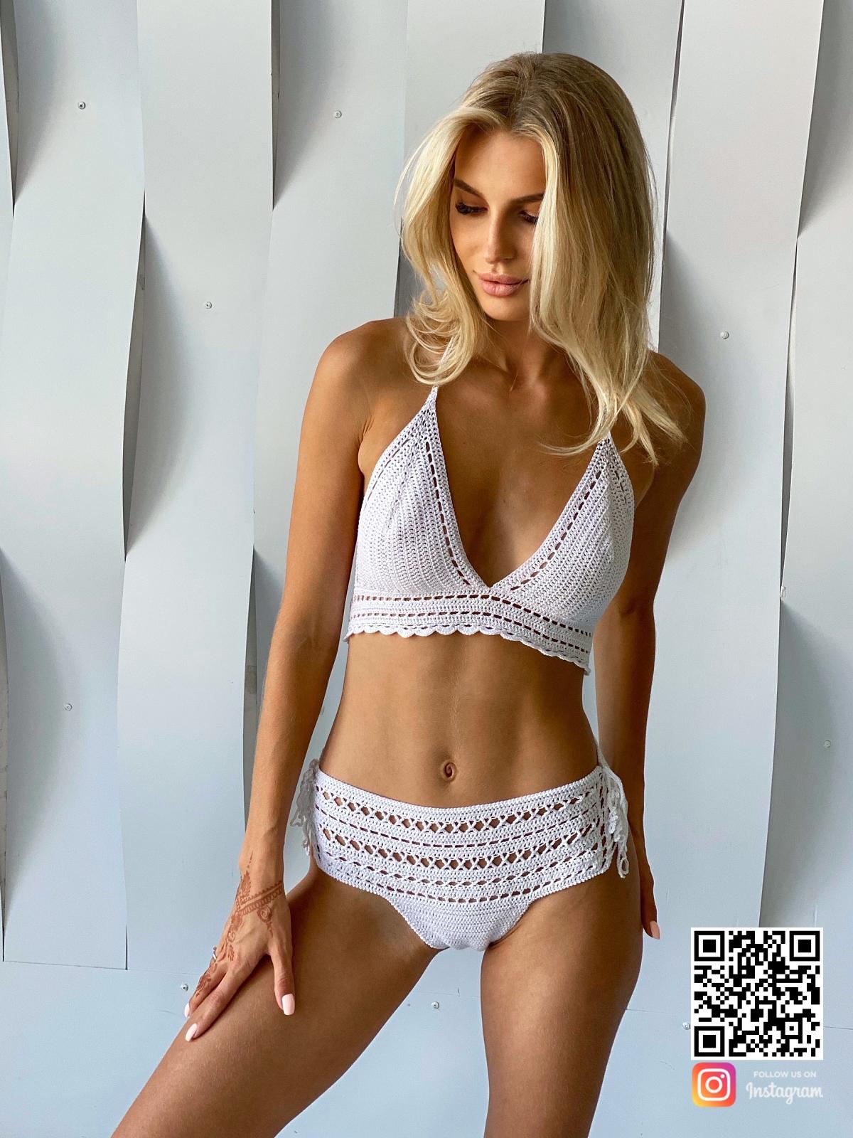 На третьей фотографии пляжный белый вязаный купальник от Shapar, бренда одежды ручной работы в интернет-магазине связанных спицами вещей.