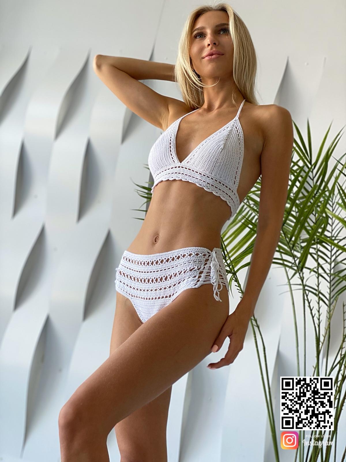 На пятой фотографии женский белый вязаный купальник от Shapar, бренда одежды ручной работы в интернет-магазине связанных спицами вещей.
