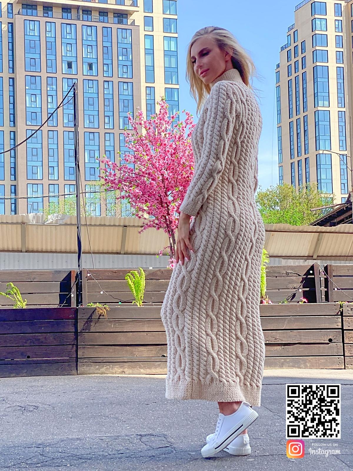 На шестой фотографии вязаное платье бежевого цвета от Shapar, бренда женской одежды ручной работы в интернет-магазине связанных спицами вещей.