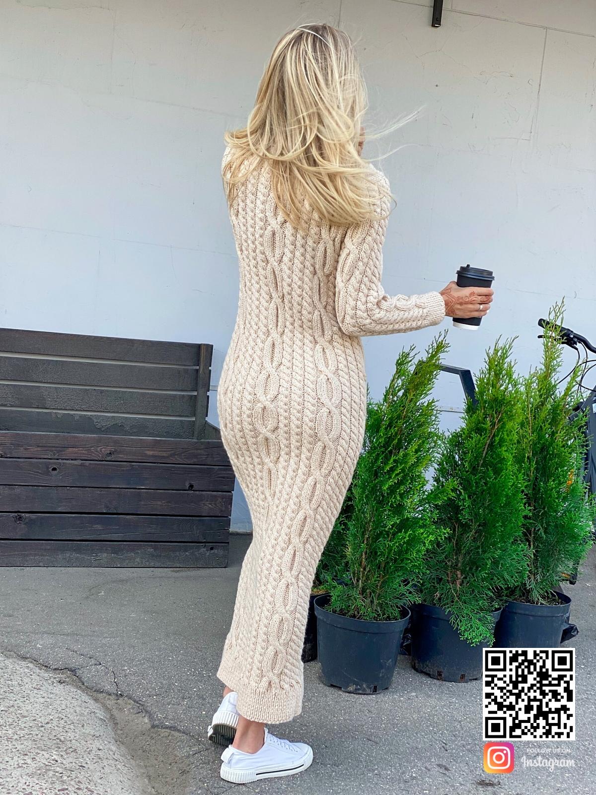 На второй фотографии бежевое вязаное платье со спины от Shapar, бренда женской одежды ручной работы в интернет-магазине связанных спицами вещей.