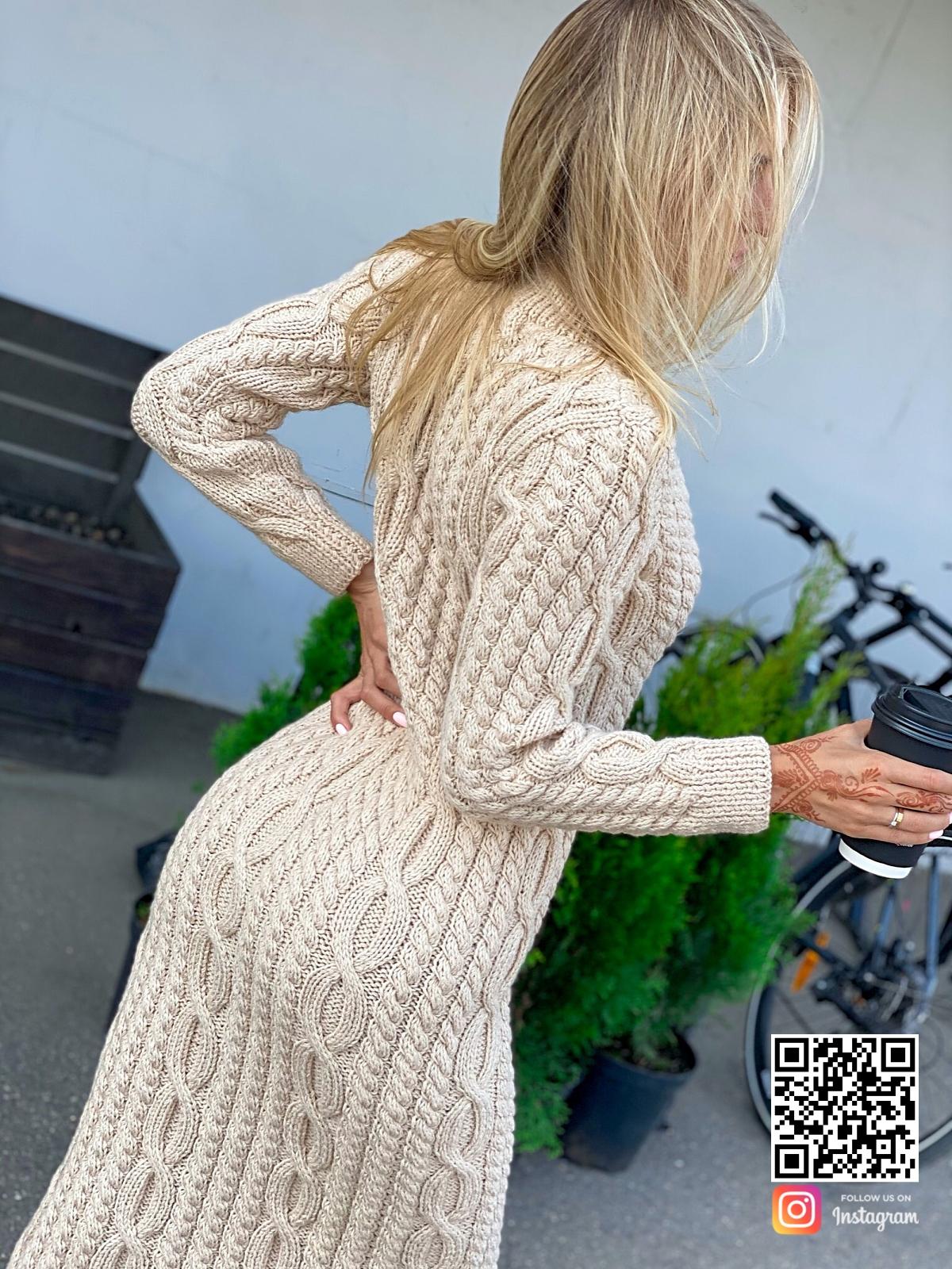 На четвертой фотографии бежевое вязаное платье с косами от Shapar, бренда женской одежды ручной работы в интернет-магазине связанных спицами вещей.