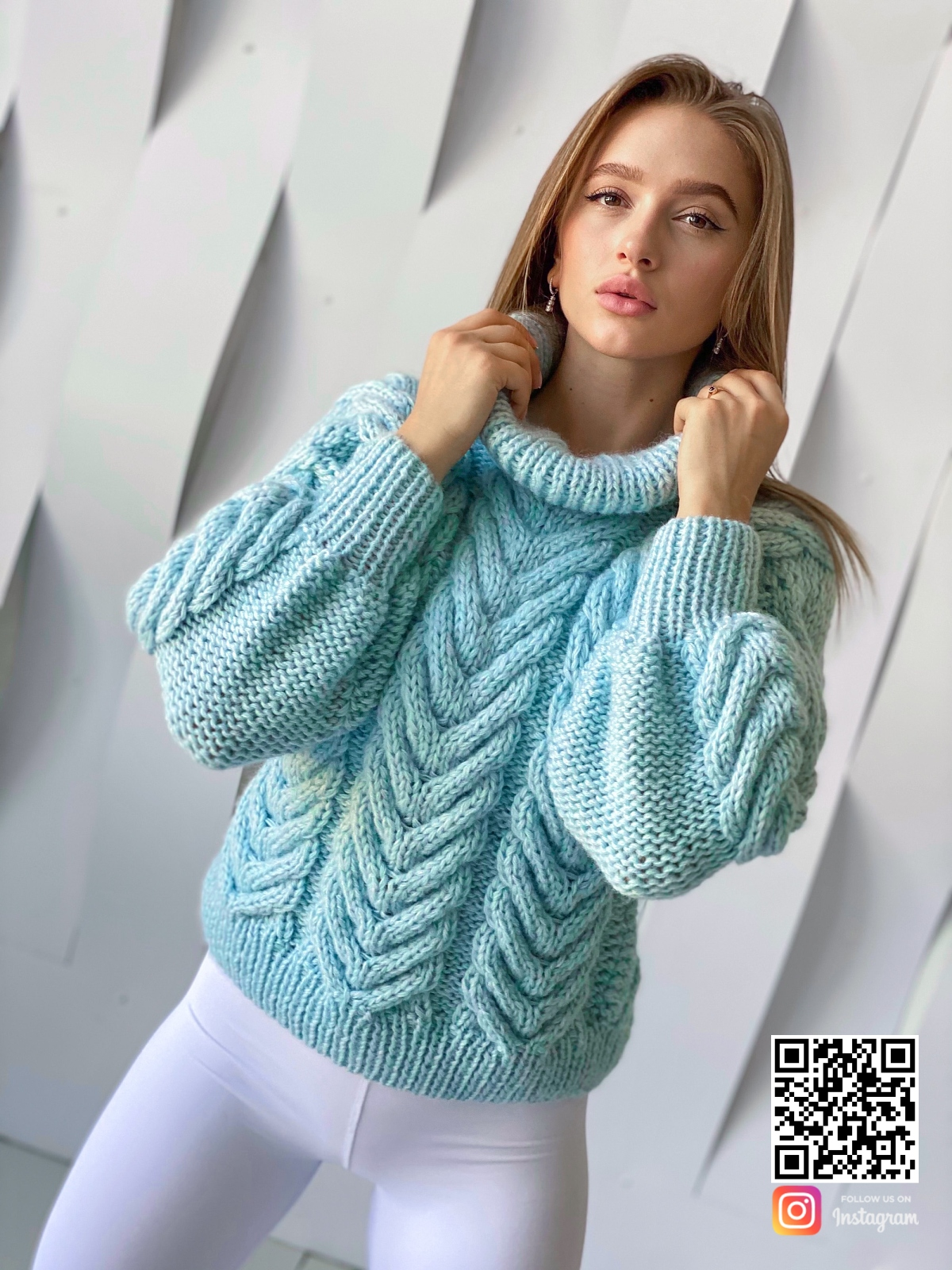 На фотографии женский джемпер из ангоры от Shapar, бренда вязаной одежды ручной работы в интернет-магазине связанных спицами вещей.