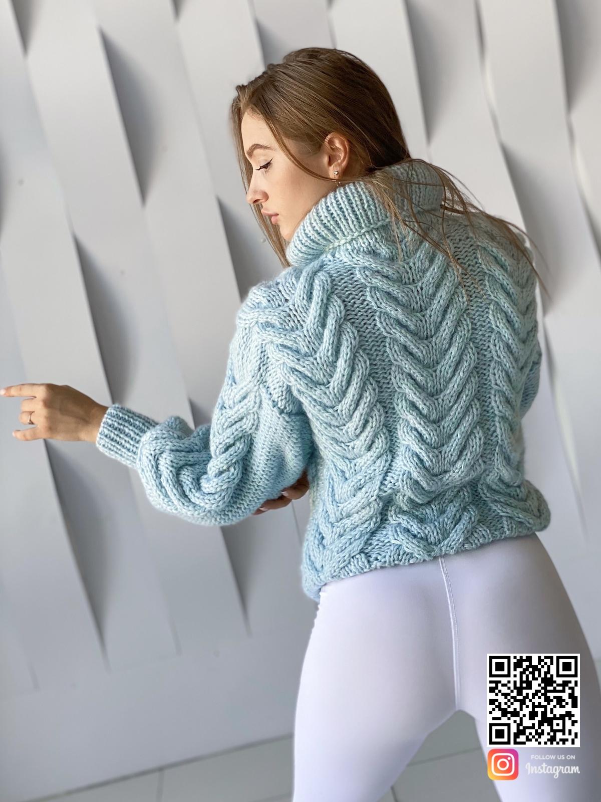 На второй фотографии женский джемпер из ангоры со спины от Shapar, бренда вязаной одежды ручной работы в интернет-магазине связанных спицами вещей.