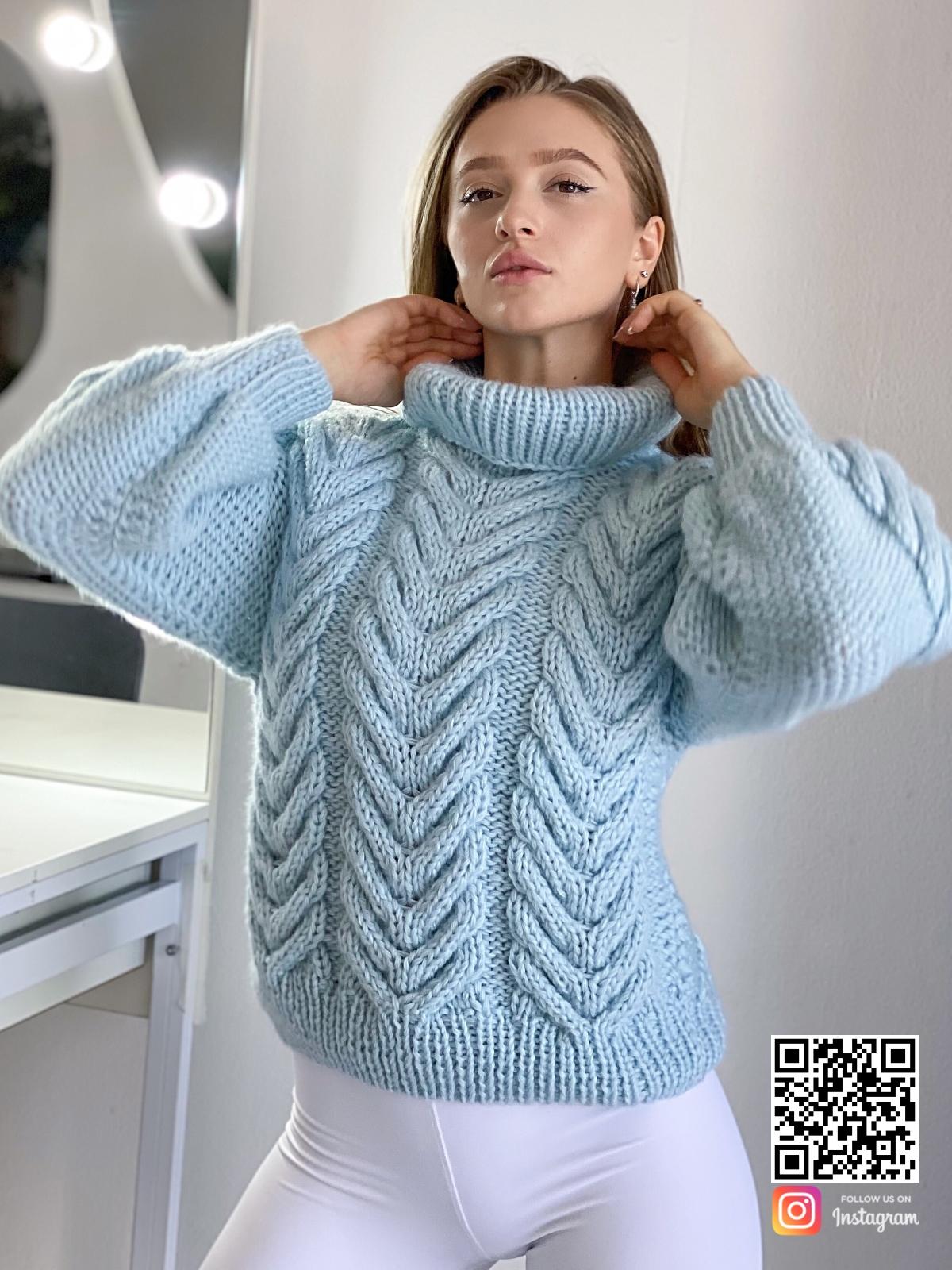 На пятой фотографии модный джемпер из ангоры для девушек и женщин от Shapar, бренда вязаной одежды ручной работы в интернет-магазине связанных спицами вещей.