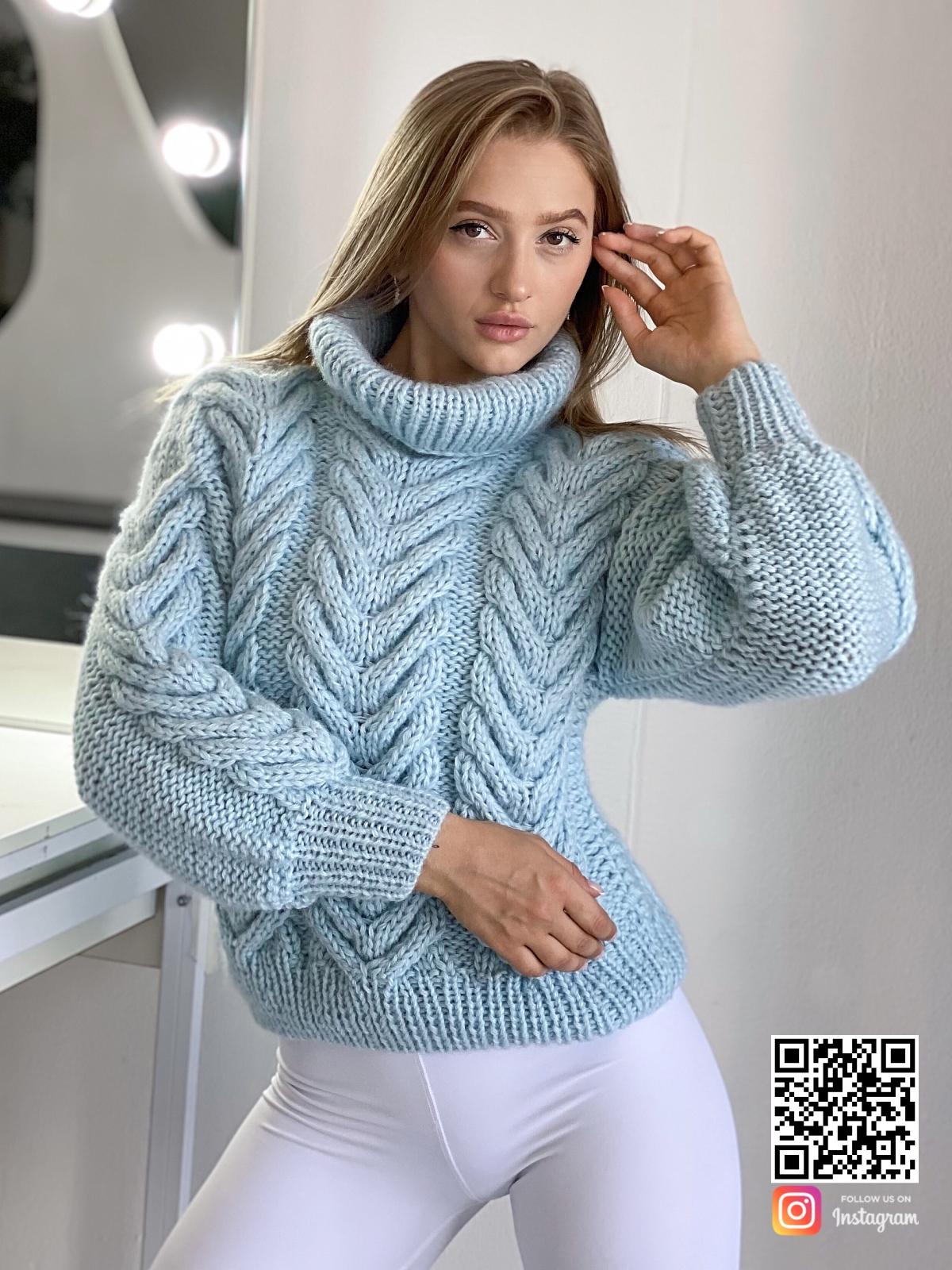 На шестой фотографии женский джемпер из ангоры с воротником-стойкой от Shapar, бренда вязаной одежды ручной работы в интернет-магазине связанных спицами вещей.