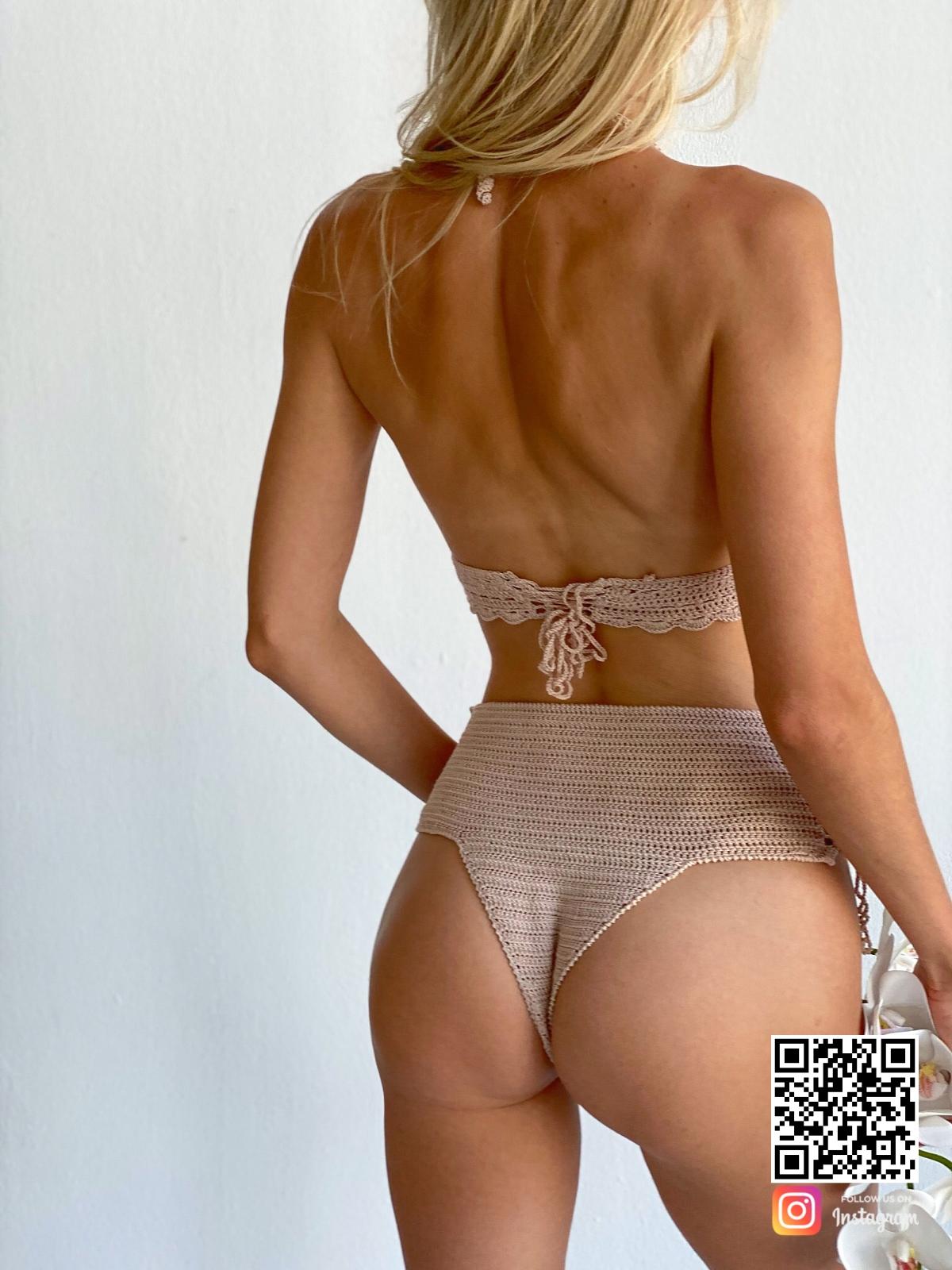 На второй фотографии вязаный купальник женский раздельный со спины от Shapar, бренда пляжной одежды ручной работы в интернет-магазине связанных спицами вещей.