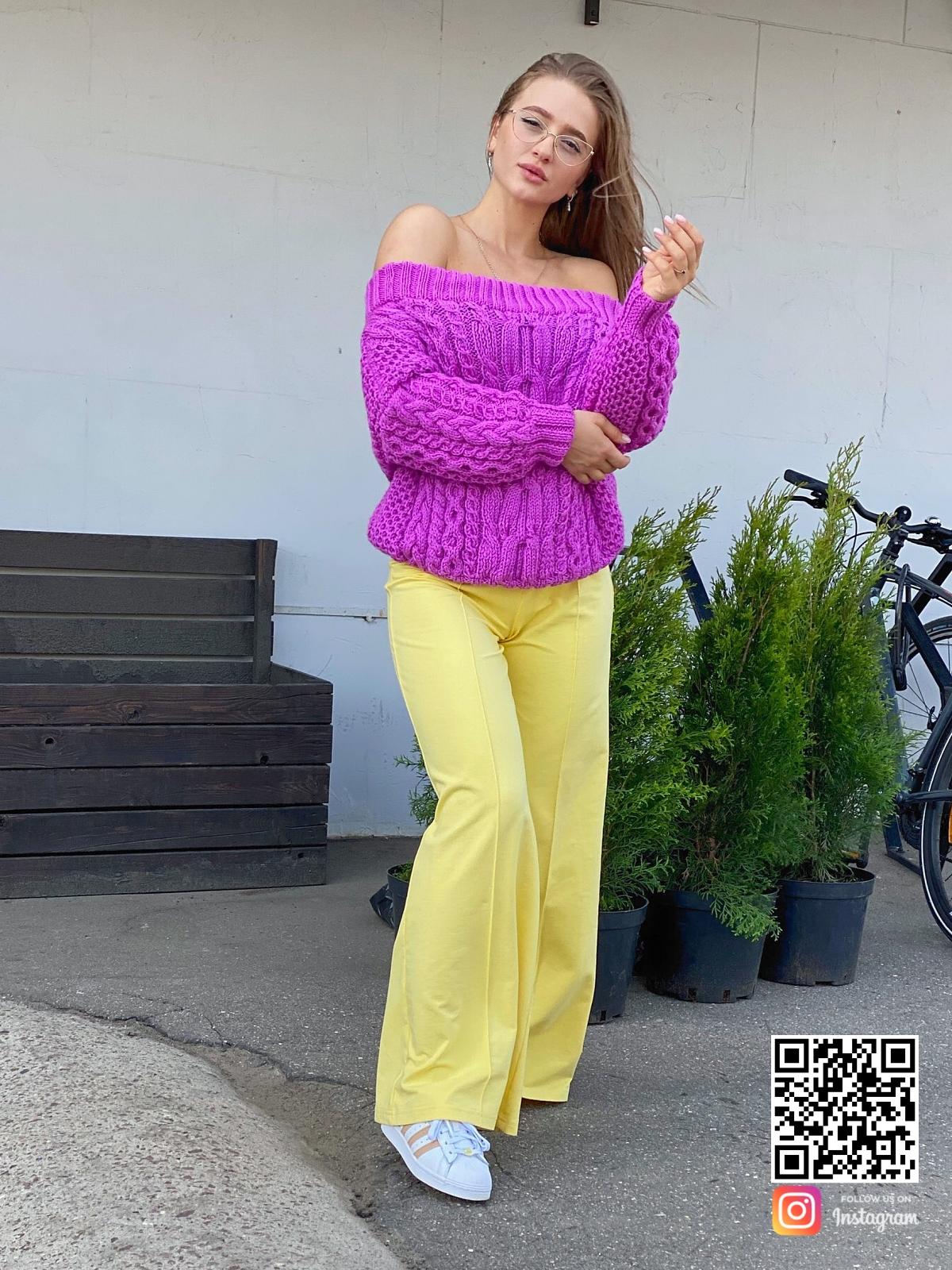 На четвертой фотографии модный свитер оверсайз для девушек и женщин от Shapar, бренда вязаной одежды ручной работы в интернет-магазине связанных спицами вещей.
