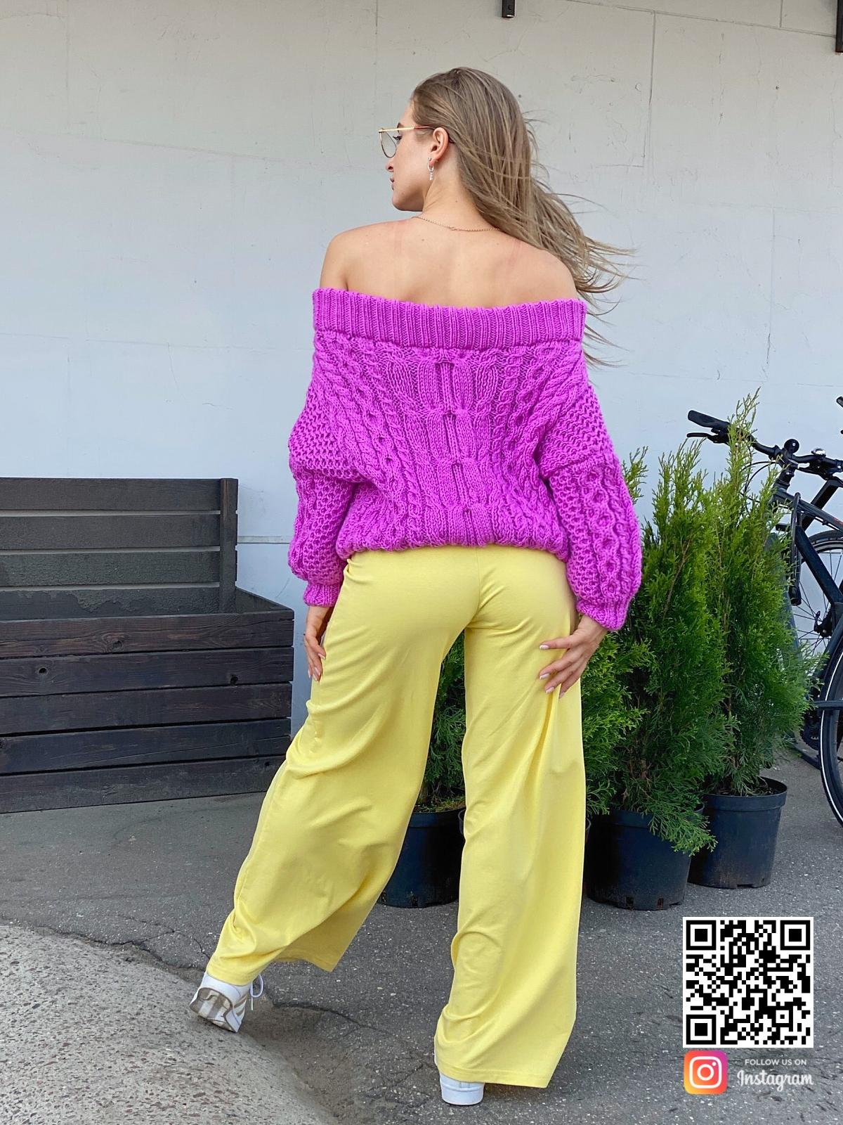 На пятой фотографии свитер женский оверсайз со спущенными плечами от Shapar, бренда вязаной одежды ручной работы в интернет-магазине связанных спицами вещей.