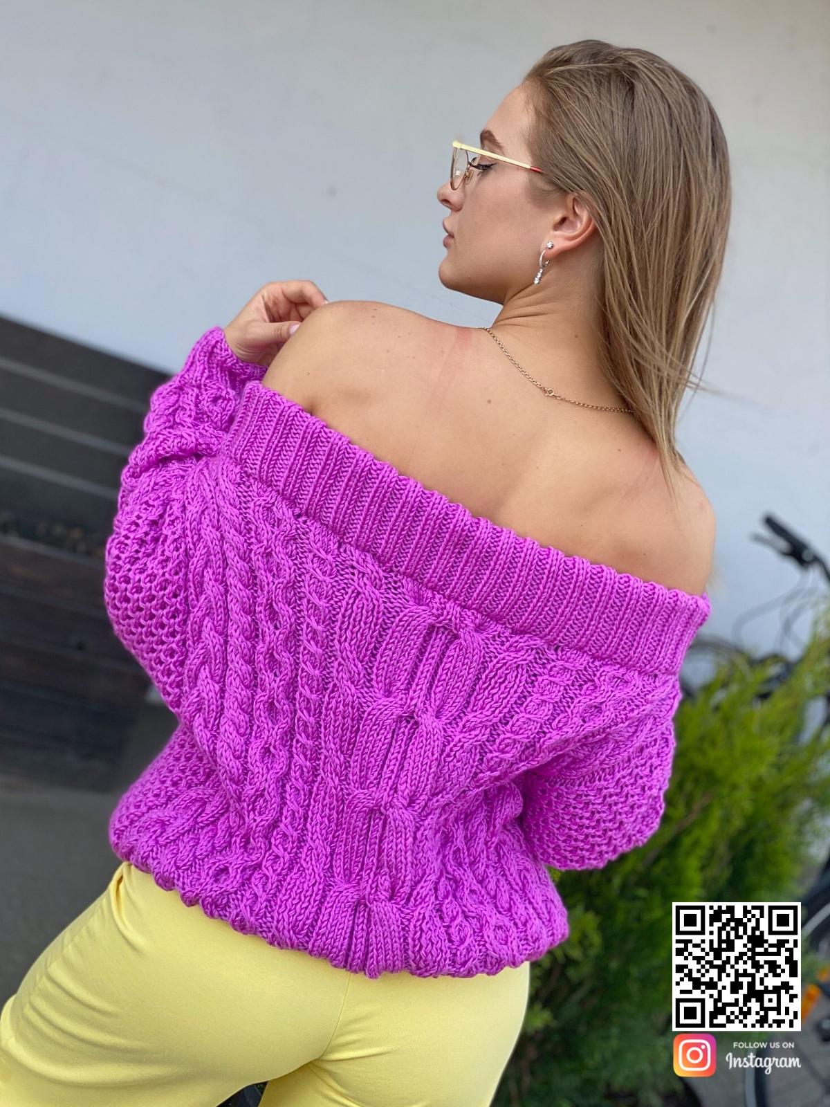 На второй фотографии свитер женский оверсайз со спины от Shapar, бренда вязаной одежды ручной работы в интернет-магазине связанных спицами вещей.