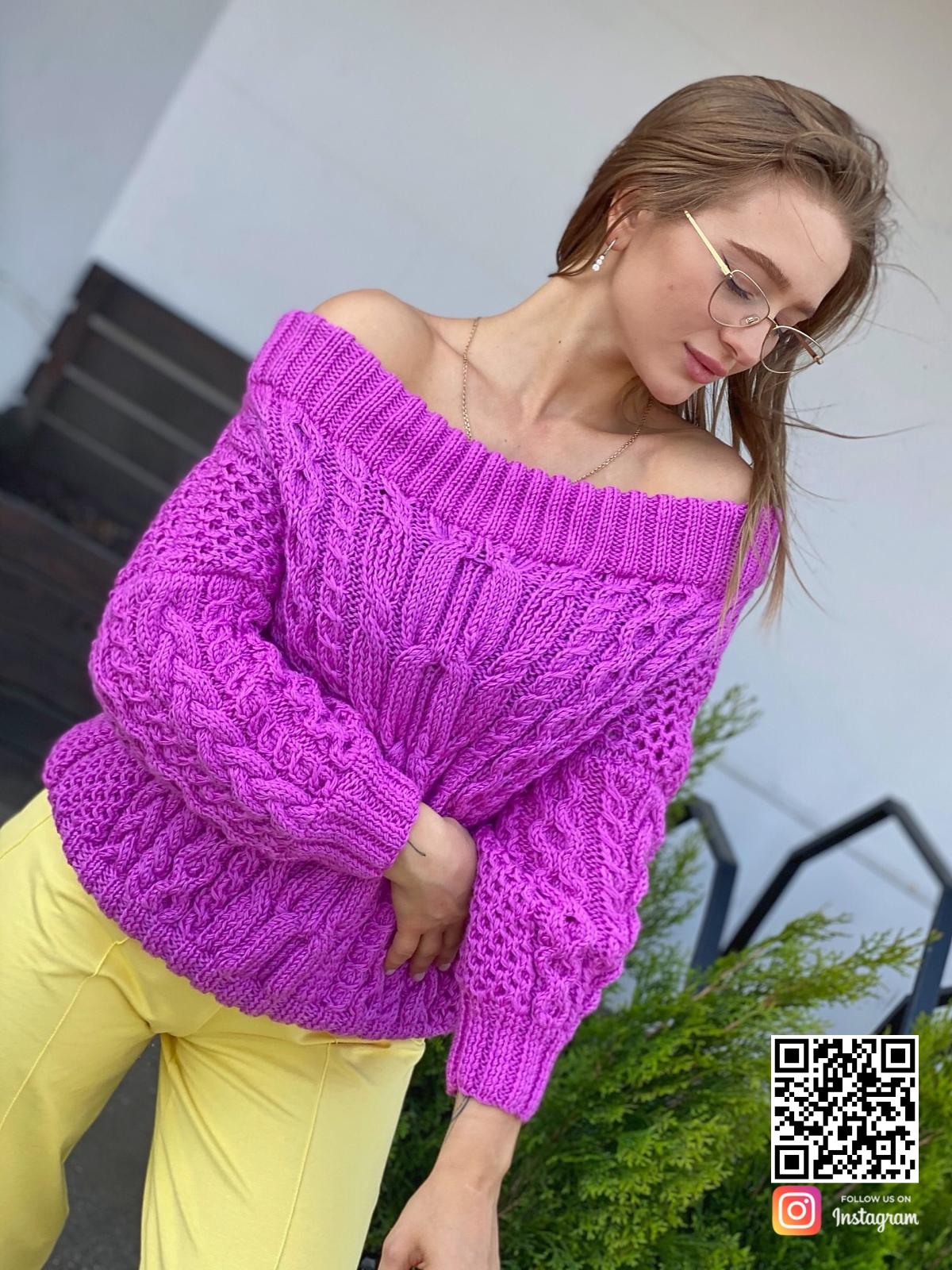 На шестой фотографии свитер женский оверсайз с открытыми плечами от Shapar, бренда вязаной одежды ручной работы в интернет-магазине связанных спицами вещей.