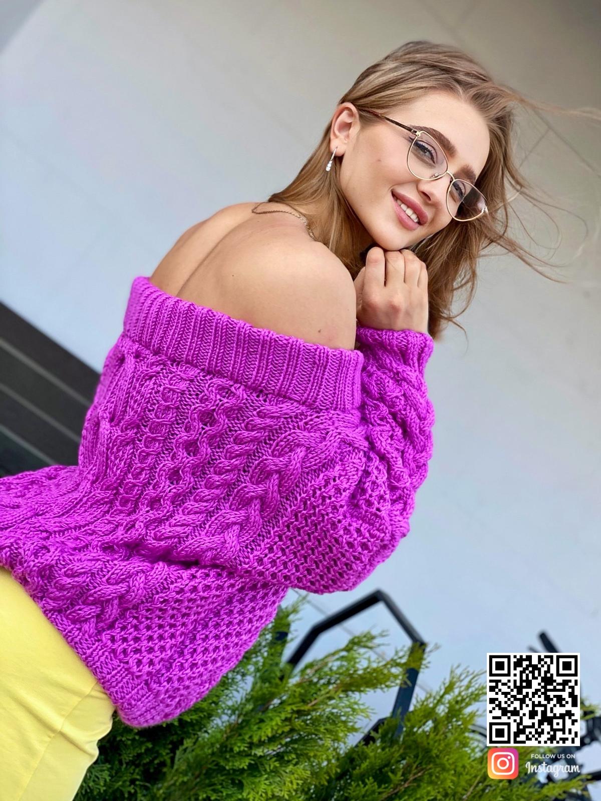 На третьей фотографии свитер женский оверсайз в цвете фуксия от Shapar, бренда вязаной одежды ручной работы в интернет-магазине связанных спицами вещей.