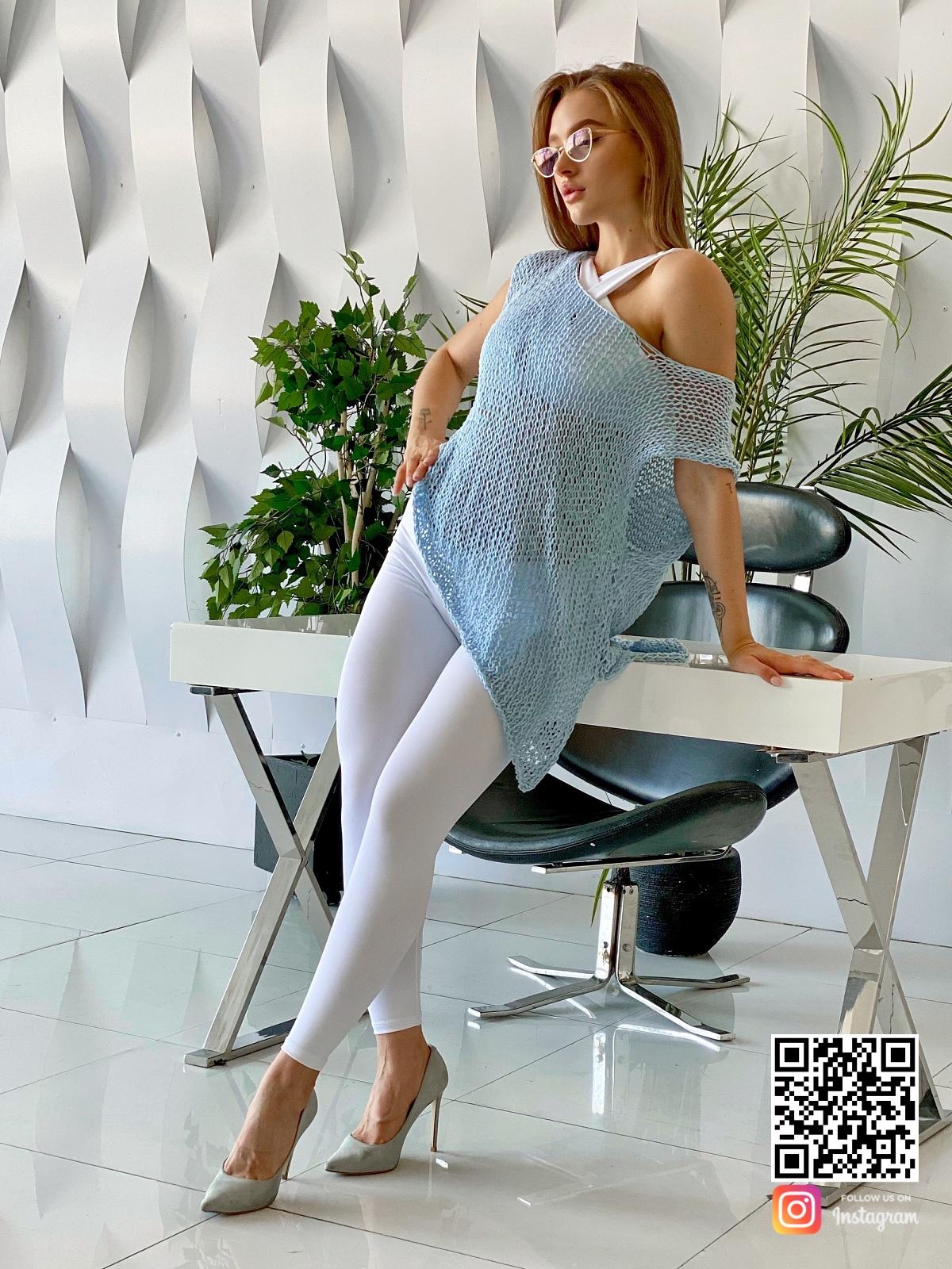На третьей фотографии голубая вязаная футболка для женщин от Shapar, бренда одежды ручной работы в интернет-магазине связанных спицами вещей.