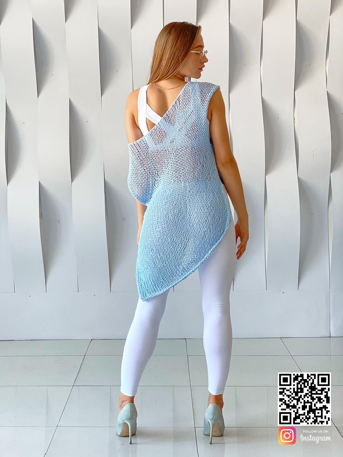 На второй фотографии вязаная футболка для женщин со спины от Shapar, бренда одежды ручной работы в интернет-магазине связанных спицами вещей.
