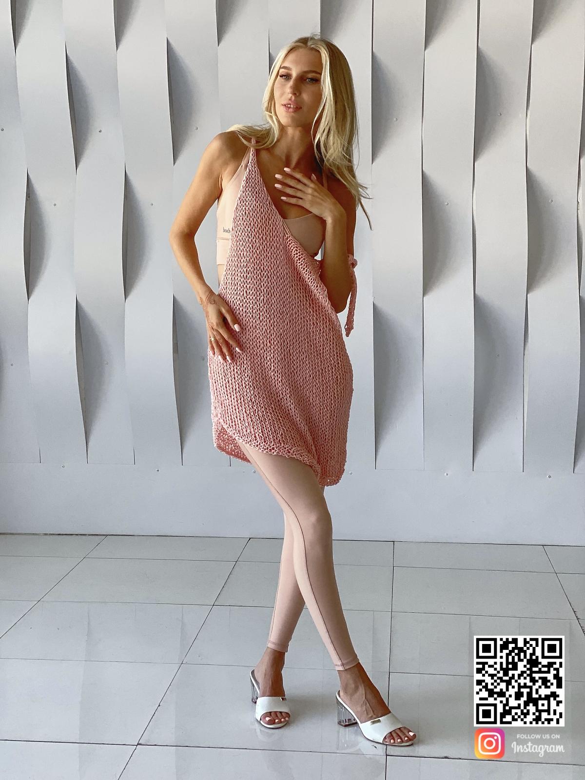 На четвертой фотографии розовая вязаная футболка из хлопка от Shapar, бренда одежды ручной работы в интернет-магазине связанных спицами вещей.