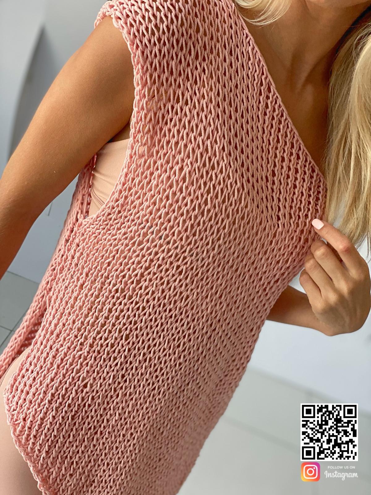 На пятой фотографии вязаная футболка спицами крупным планом от Shapar, бренда одежды ручной работы в интернет-магазине связанных вещей.