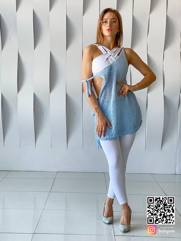 На фотографии вязаная майка спицами от Shapar, бренда одежды ручной работы в интернет-магазине связанных вещей.