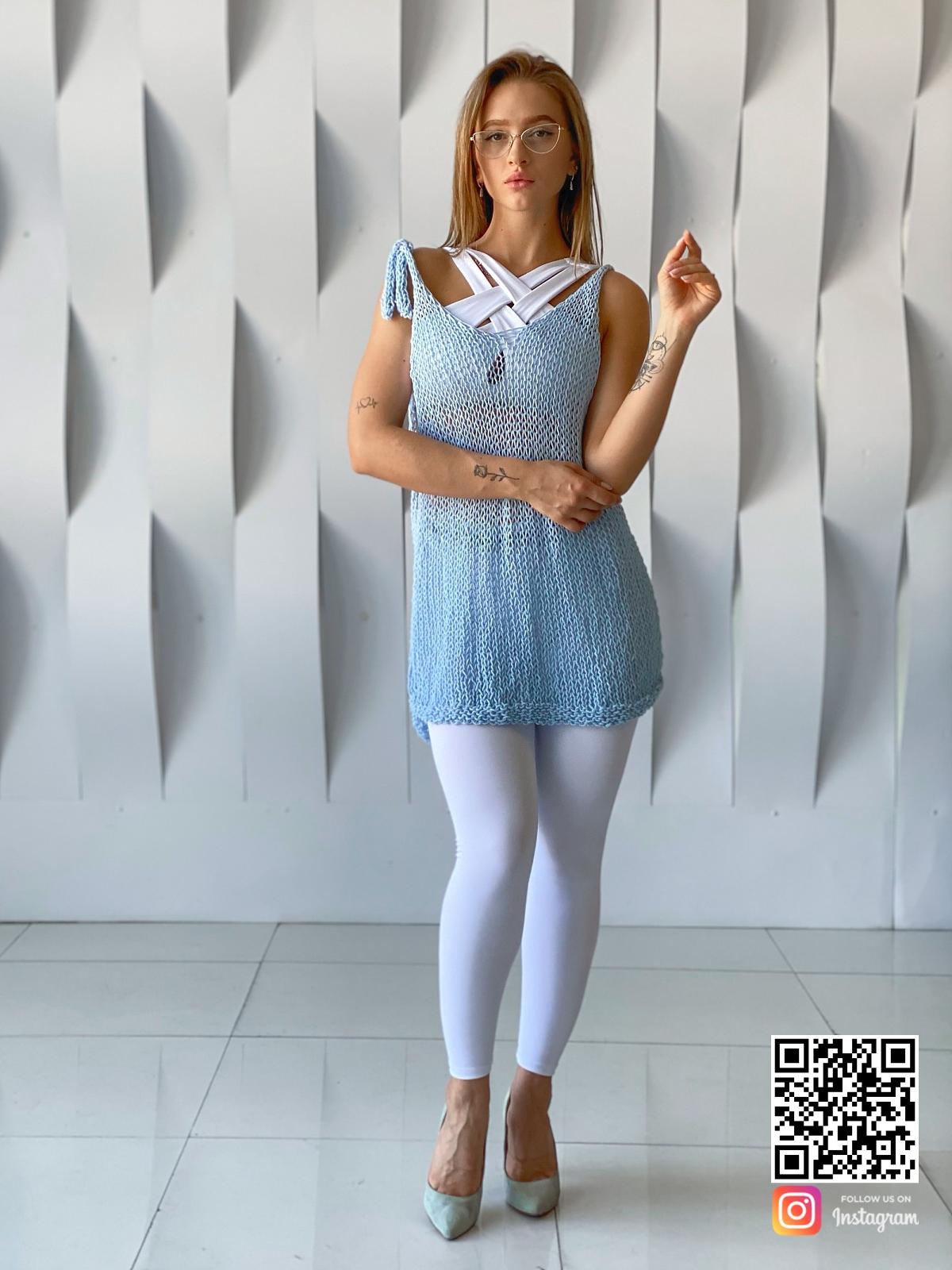 На пятой фотографии голубая вязаная майка спицами от Shapar, бренда одежды ручной работы в интернет-магазине связанных вещей.