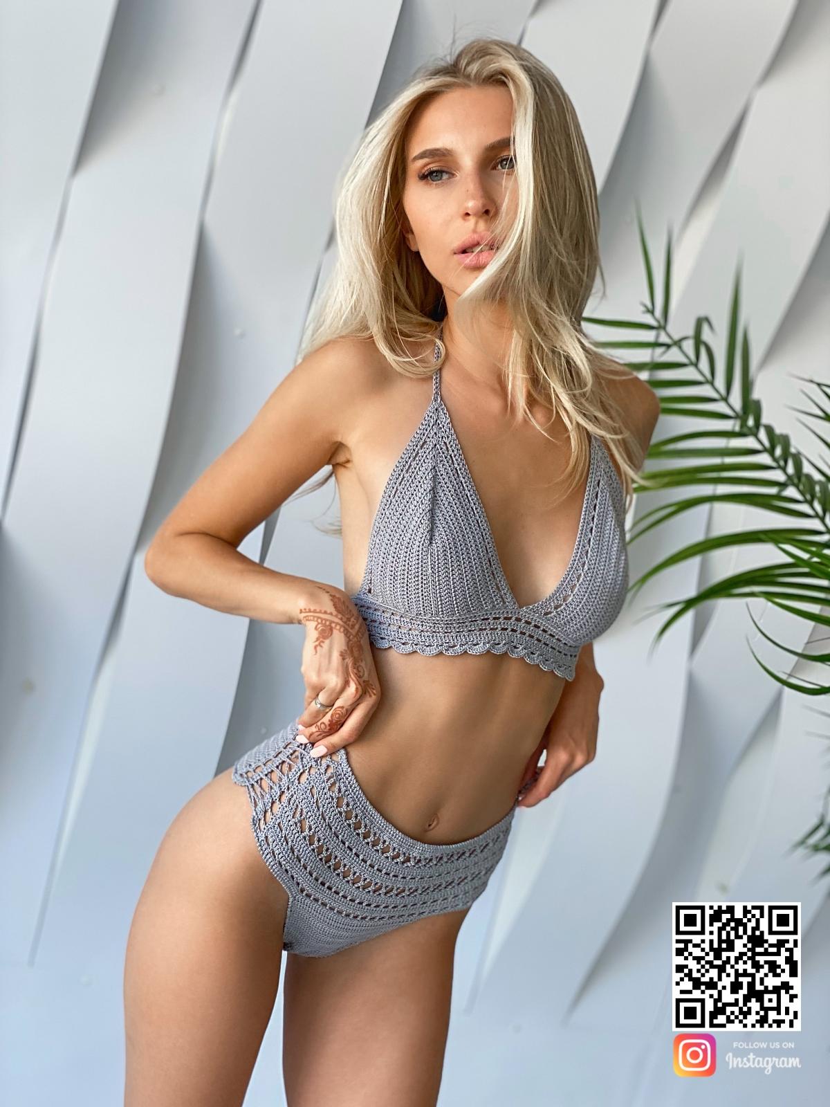 На пятой фотографии вязаный купальник крючком серого цвета от Shapar, бренда женской пляжной одежды ручной работы в интернет-магазине связанных вещей.