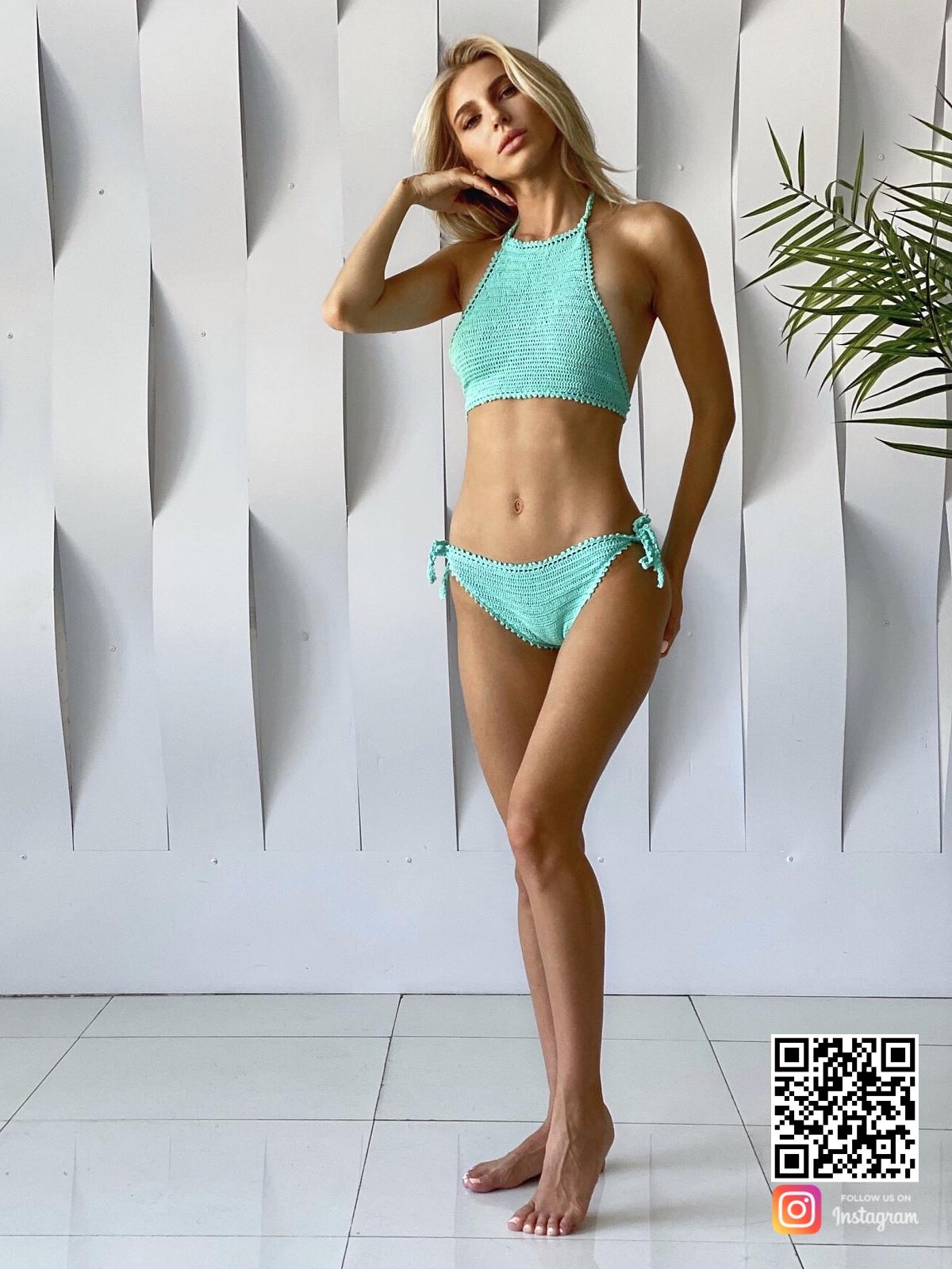 На фотографии вязаный купальник топ от Shapar, бренда женской пляжной одежды ручной работы в интернет-магазине связанных крючком вещей.