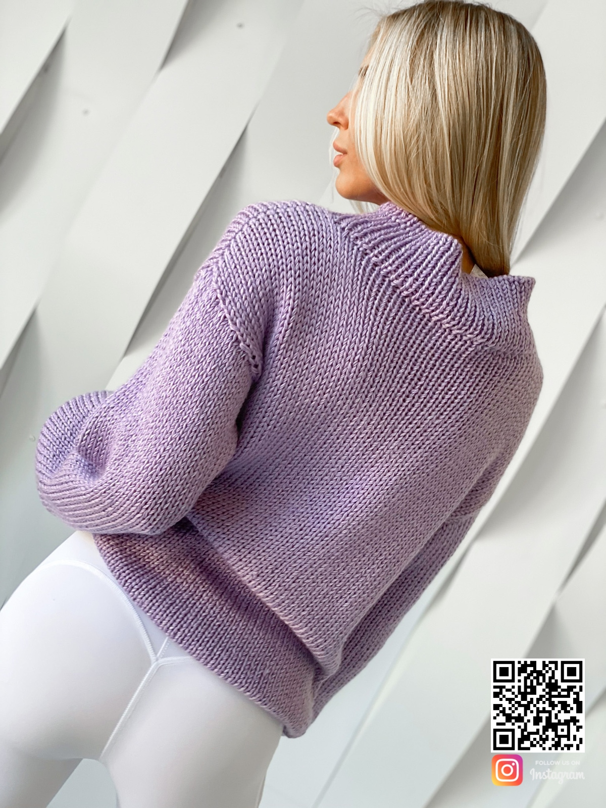 На второй фотографии женский свитер объемной вязки со спины от Shapar, бренда вязаной одежды ручной работы в интернет-магазине связанных спицами вещей.