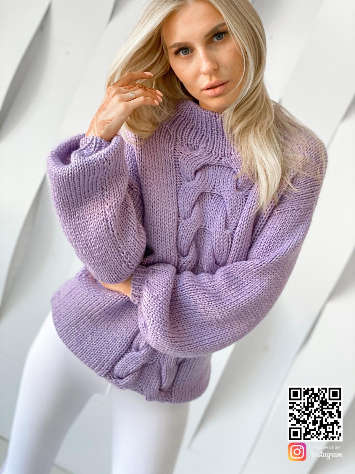 На четвертой фотографии женский лавандовый свитер объемной вязки от Shapar, бренда вязаной одежды ручной работы в интернет-магазине связанных спицами вещей.