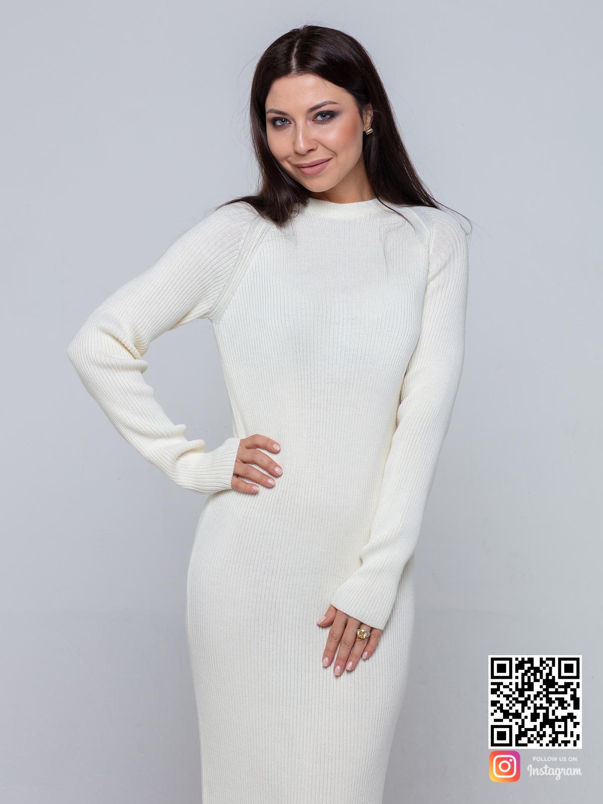 На третьей фотографии трикотажное платье белого цвета от Shapar, бренда вязаной одежды ручной работы в интернет-магазине связанных спицами вещей.