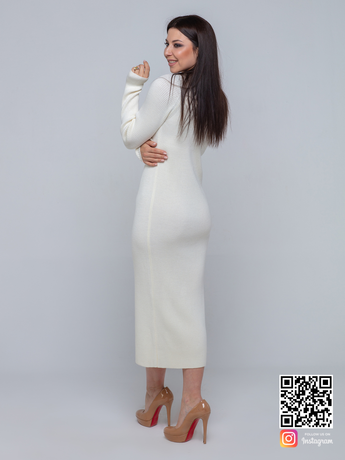 На второй фотографии белое трикотажное платье со спины от Shapar, бренда вязаной одежды ручной работы в интернет-магазине связанных спицами вещей.